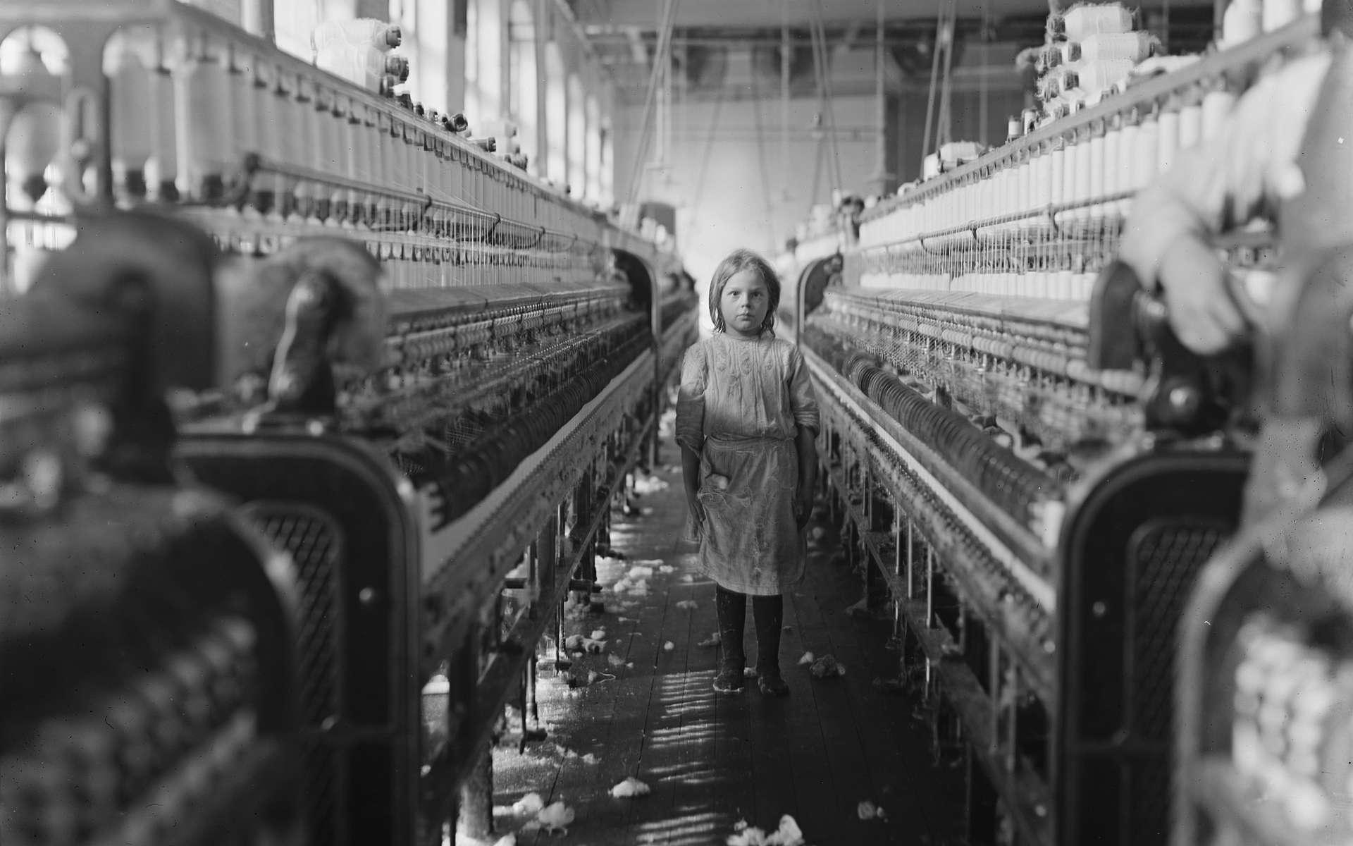 Fillette au travail dans une filature, usine Mollohan, Newberry, Caroline du Sud, USA ; photo Lewis Hine, 1908. © Wikimedia Commons, domaine public.