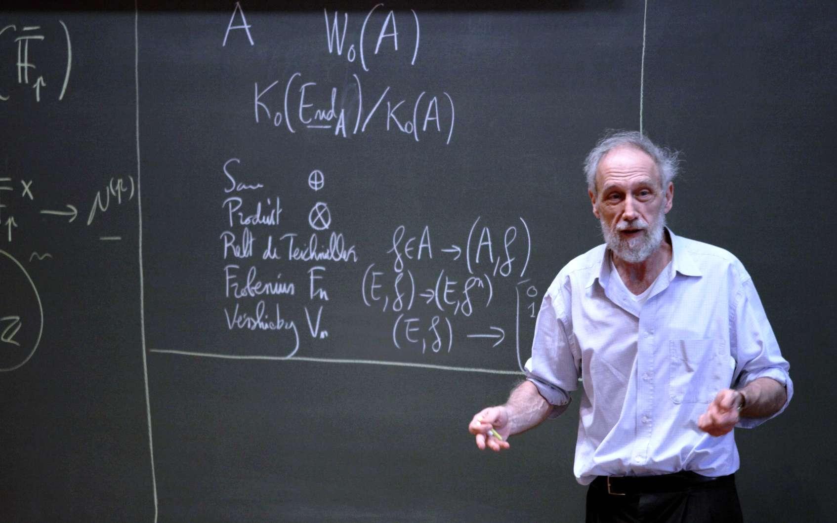 Alain Connes en plein séminaire. La mathématicien poursuit son exploration des implications de la géométrie non commutative aussi bien dans le domaine de la physique des hautes énergies qu'en mathématique. © Collège de France