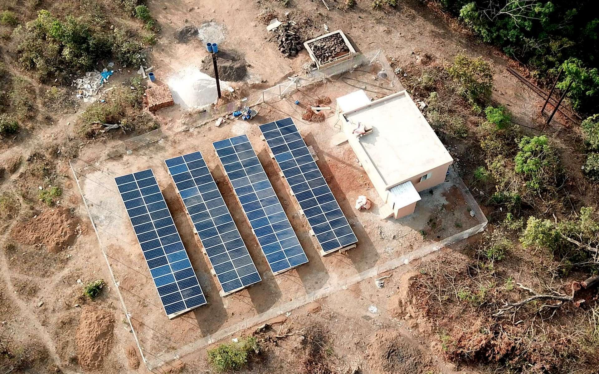 Programme Petite Hydraulique en Guinée (PEHGUI) associé à une centrale photovoltaïque. © Fondem