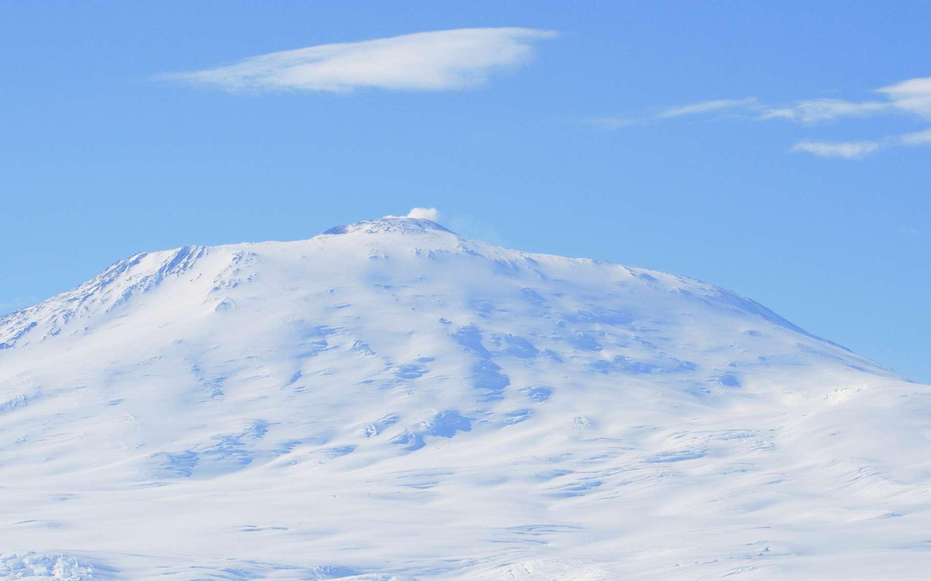 Des grottes chaudes ont été découvertes autour du mont Erebus, un volcan de l'Antarctique. Elles pourraient abriter des écosystèmes insoupçonnés. © serge_t, Fotolia