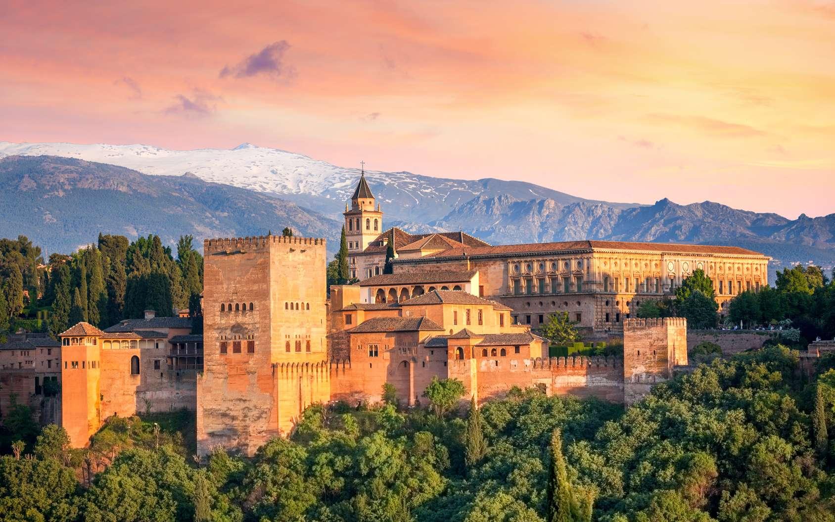 Située dans le sud de la péninsule ibérique, à Grenade, l'Alhambra fut la résidence palatiale des derniers rois musulmans d'Espagne, issus de la dynastie des Nasrides, du XIIIe au XVe siècle. © Taiga, Fotolia