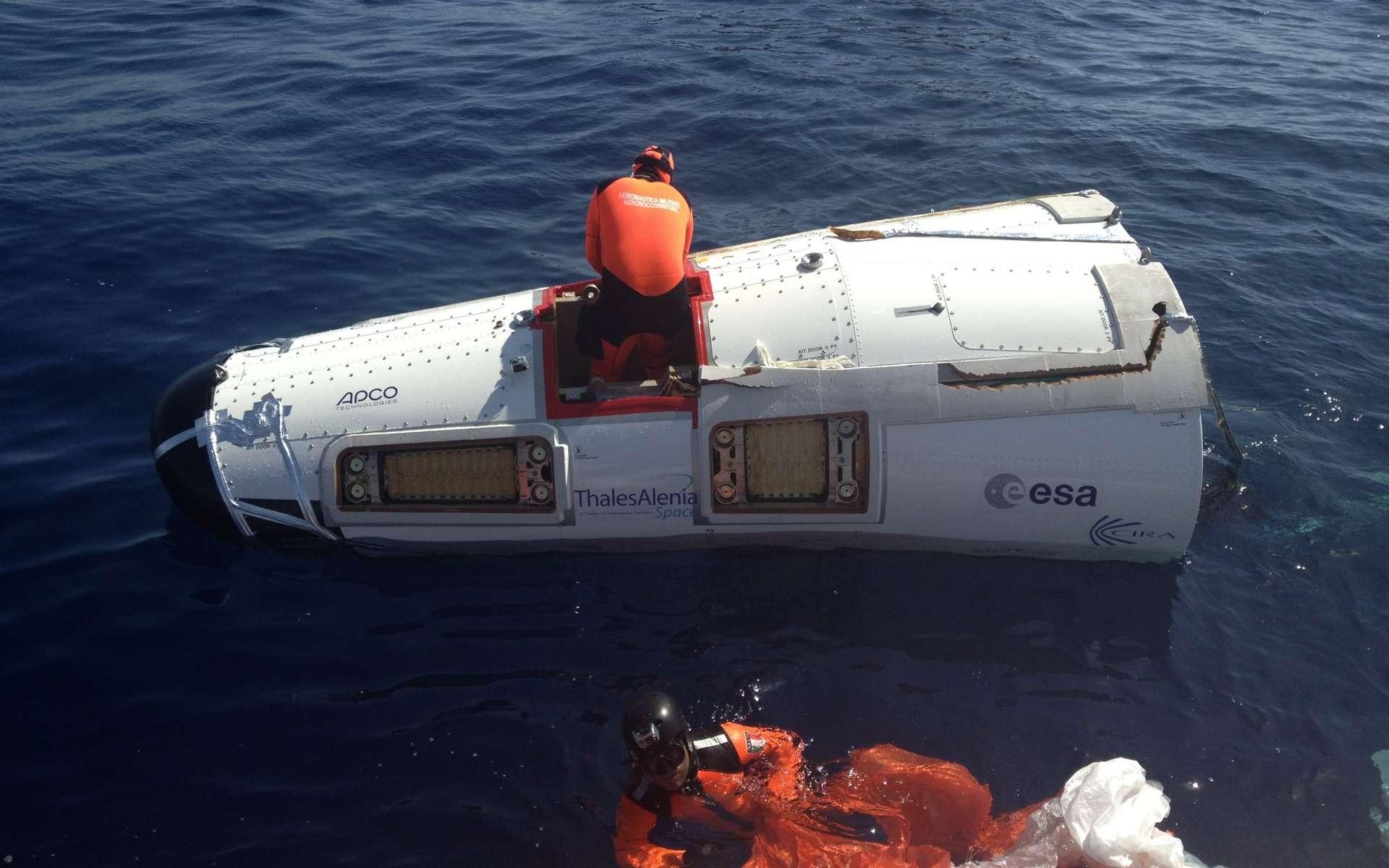 Le modèle de test du démonstrateur IXV après son amerrissage réussi. © Thales Alenia Space
