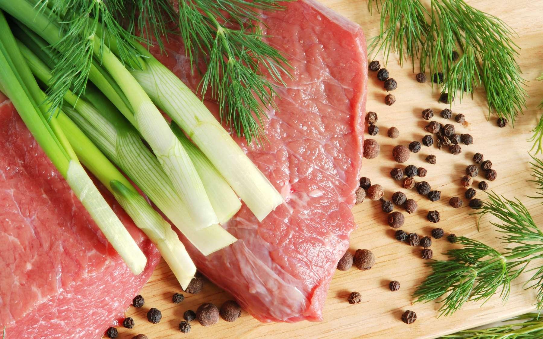 Le bœuf et le poireau : deux produits star du mois de mars. © eAlisa, Adobe Stock