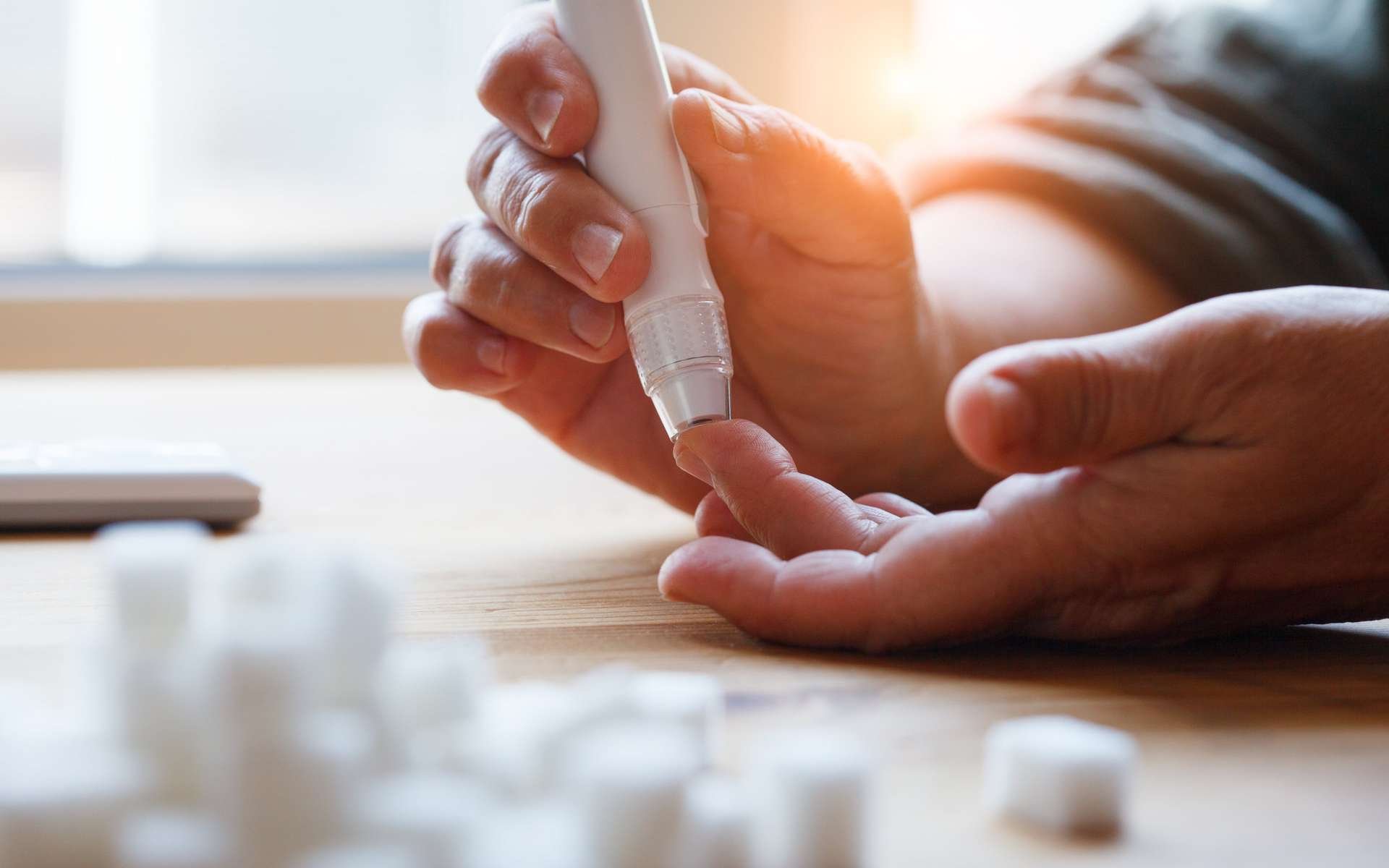 De nombreuses personnes diabétiques contrôlent quotidiennement leur glycémie à l'aide d'un glucomètre, qui évalue directement le taux de sucres dans le sang à partir d'une seule goutte. Cela permet aux patients de calculer la dose d'insuline qu'ils devront s'injecter pour retrouver des niveaux normaux. Attention, en cas de surdosage, la personne risque l'hypoglycémie. © zakalinka, Adobe Stock