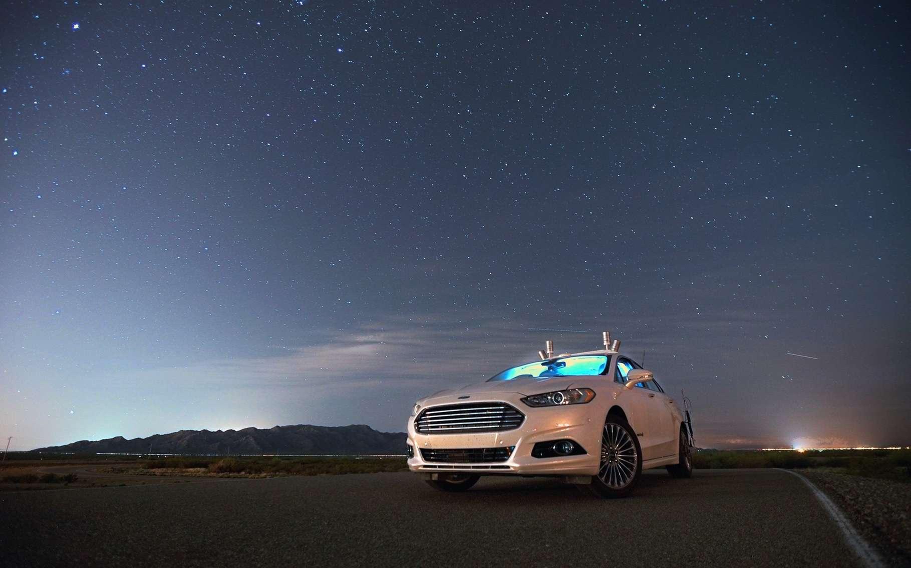 C'est grâce aux Lidar (les quatre cylindres que l'on voit émerger du toit) que la Ford Fusion hybride autonome peut circuler dans l'obscurité la plus totale sans caméras. © Ford