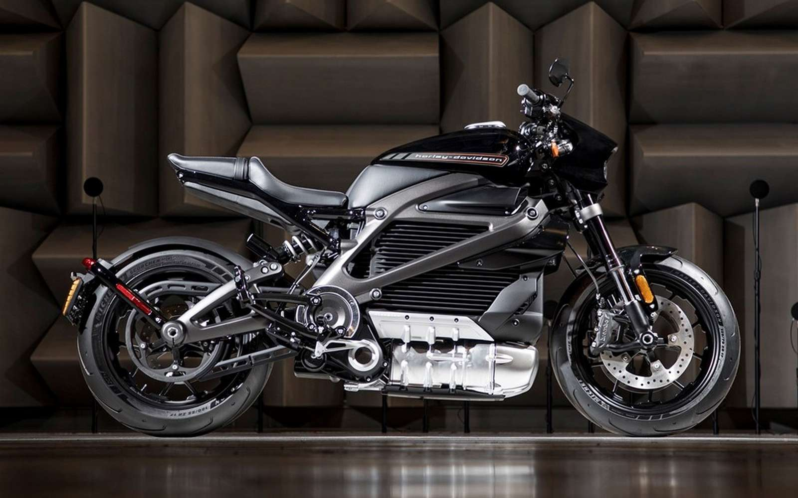 En 2014, Harley-Davidson a révélé qu'il travaillait à un projet de moto électrique en dévoilant le Project LiveWire. Le constructeur de Milwaukee veut se donner une image plus « écolo » sans pour autant renier ce qui fait son mythe. Un pari osé, mais qui pourrait lui permettre de toucher une nouvelle clientèle, sensible au style Harley-Davidson mais soucieuse du respect de l'environnement. © Harley-Davidson