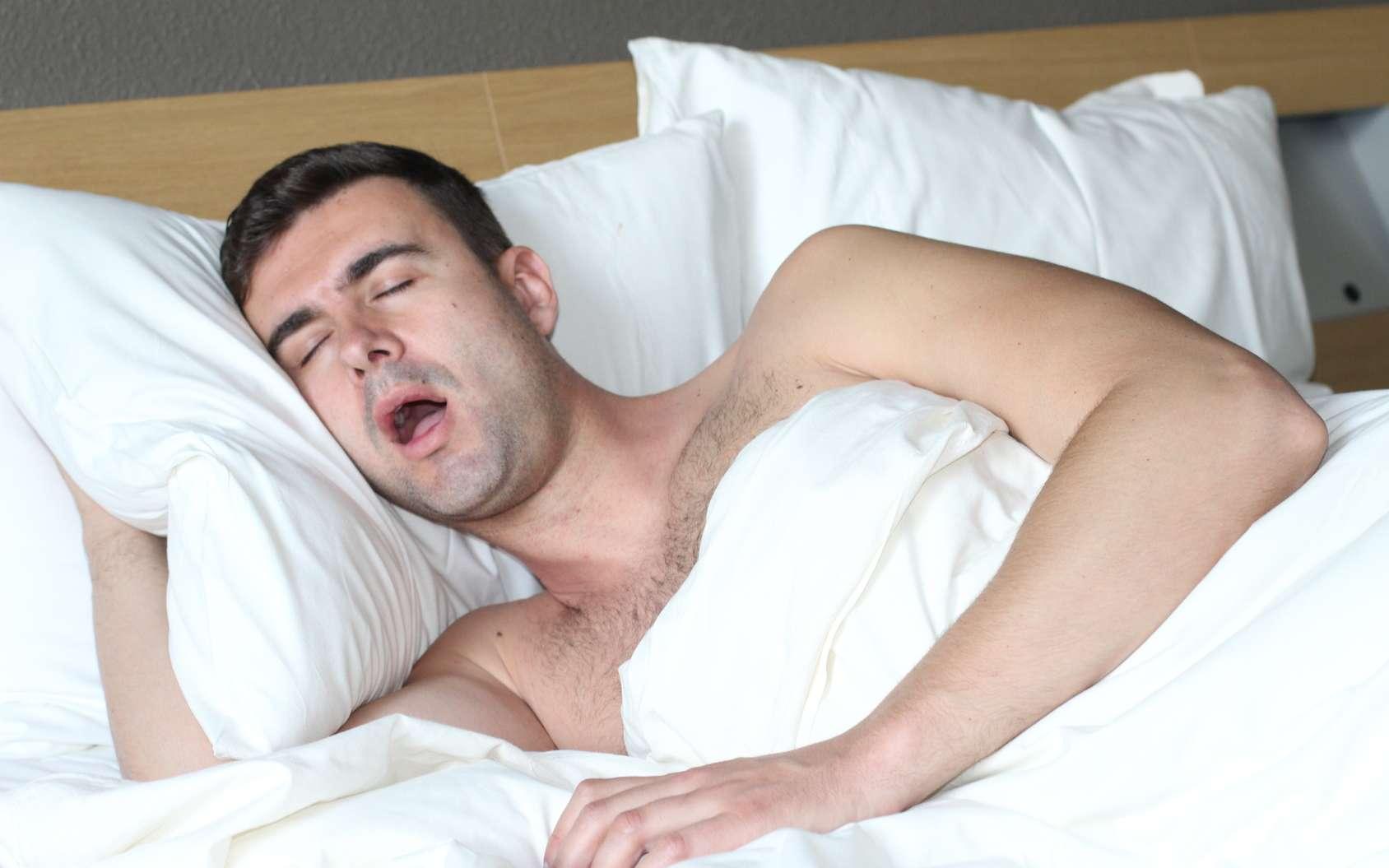 Le ronflement est du au relâchement des muscles de la gorge durant le sommeil profond. © ajr_images, Fotolia
