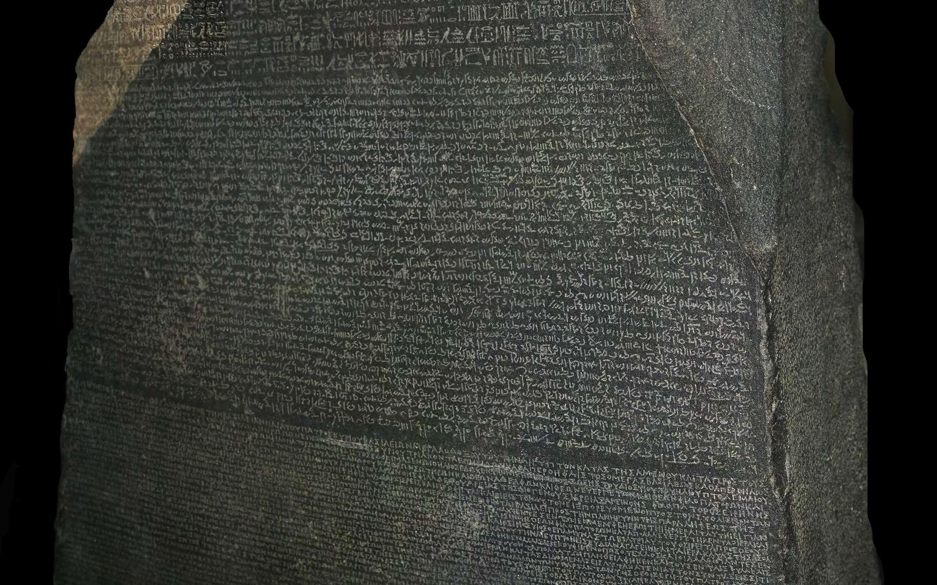 Mesurant environ 1 mètre de haut sur 70 centimètres de large et d'une épaisseur de 28 centimètres, la pierre de Rosette est exposée au British Museum © Hans Hillewaert, Wikimedia Commons, CC by-sa 3.0