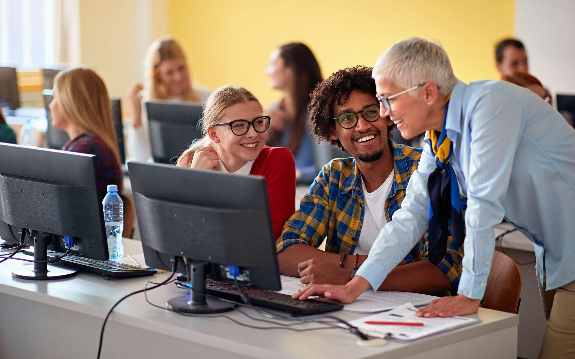 L'informatique offre une panoplie de métiers dans tous les secteurs d'activités garantissant une embauche rapide pour les étudiants en informatique. © luckybusiness, Adobe Stock.