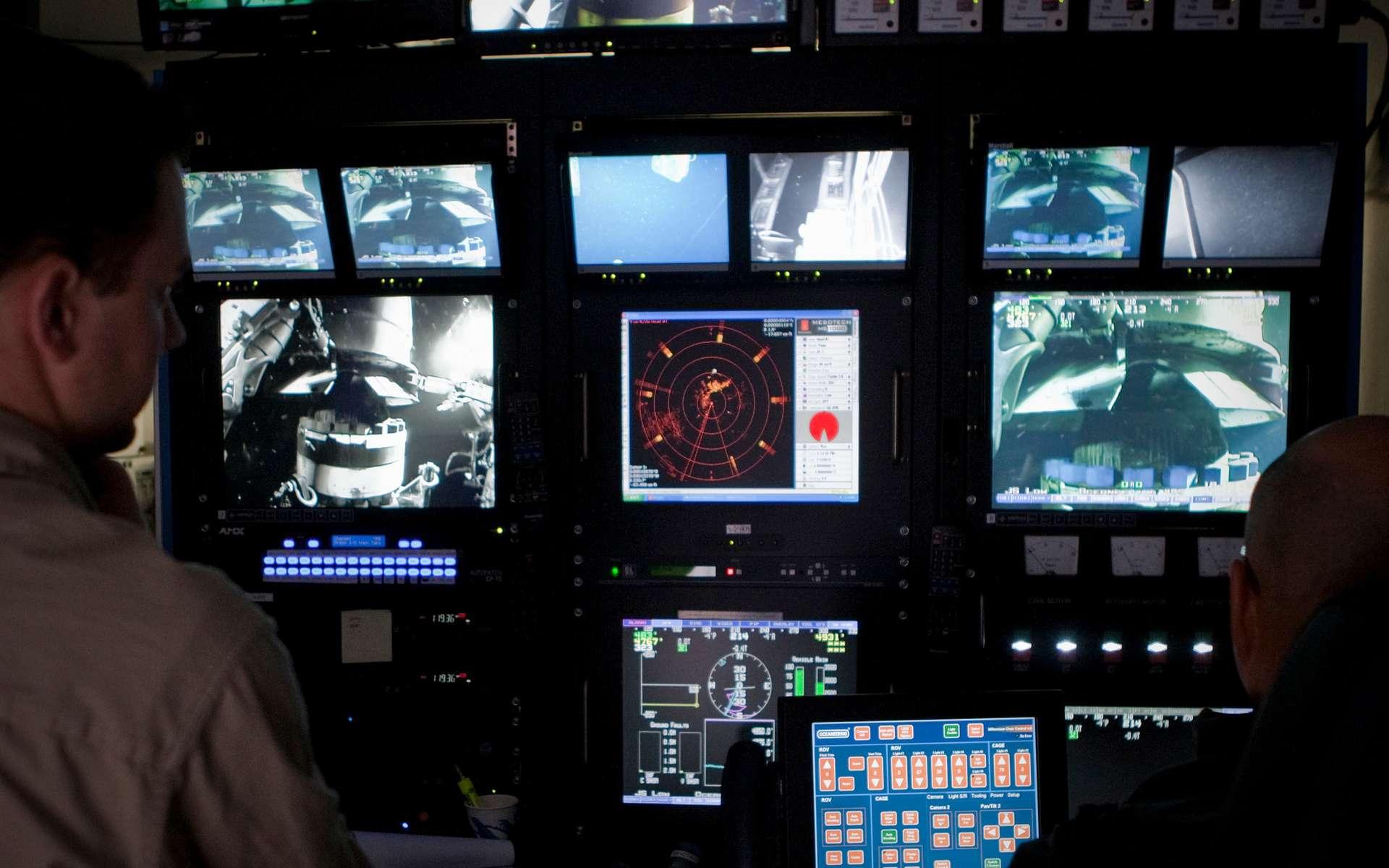 Le poste de contrôle des ROV (Remotely Operated Vehicles), les engins sous-marins télécommandés qui assurent les interventions jusqu'à 1.500 mètres de profondeur. © BP