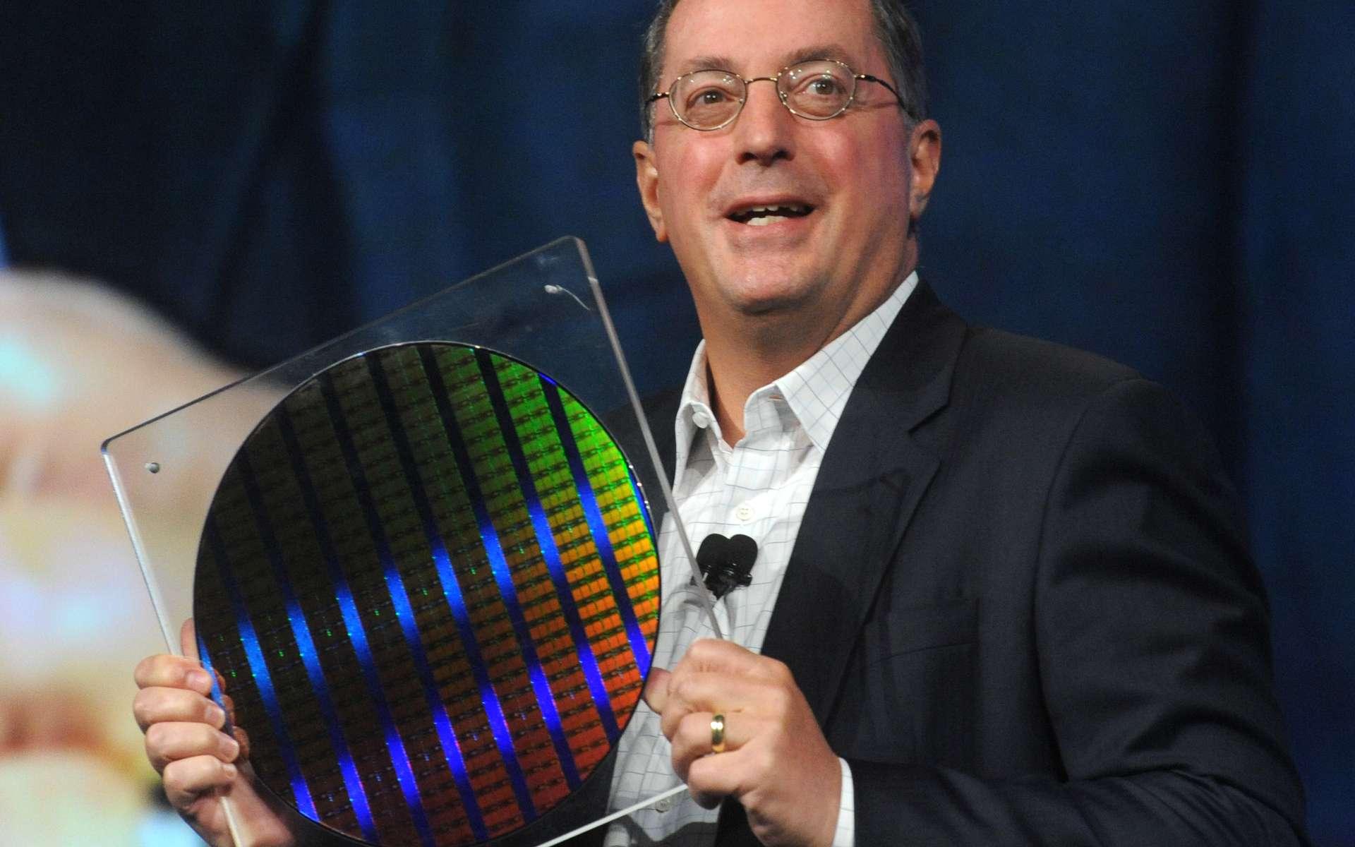 Paul Otellini, président d'Intel, montre une galette (un waffer) contenant les premiers circuits gravés à 22 nanomètres, en l'occurrence des mémoires statiques SRam dont chaque puce contient 2,9 milliards de transistors. © Intel