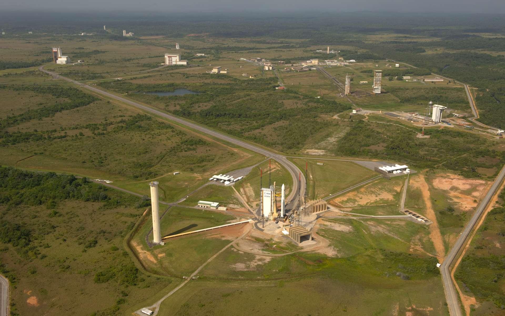 Vue aérienne des installations au sol du Centre spatial guyanais dédiées à Ariane 5. Au premier plan, la zone de lancement (ELA-3). © Esa/S. Corvaja