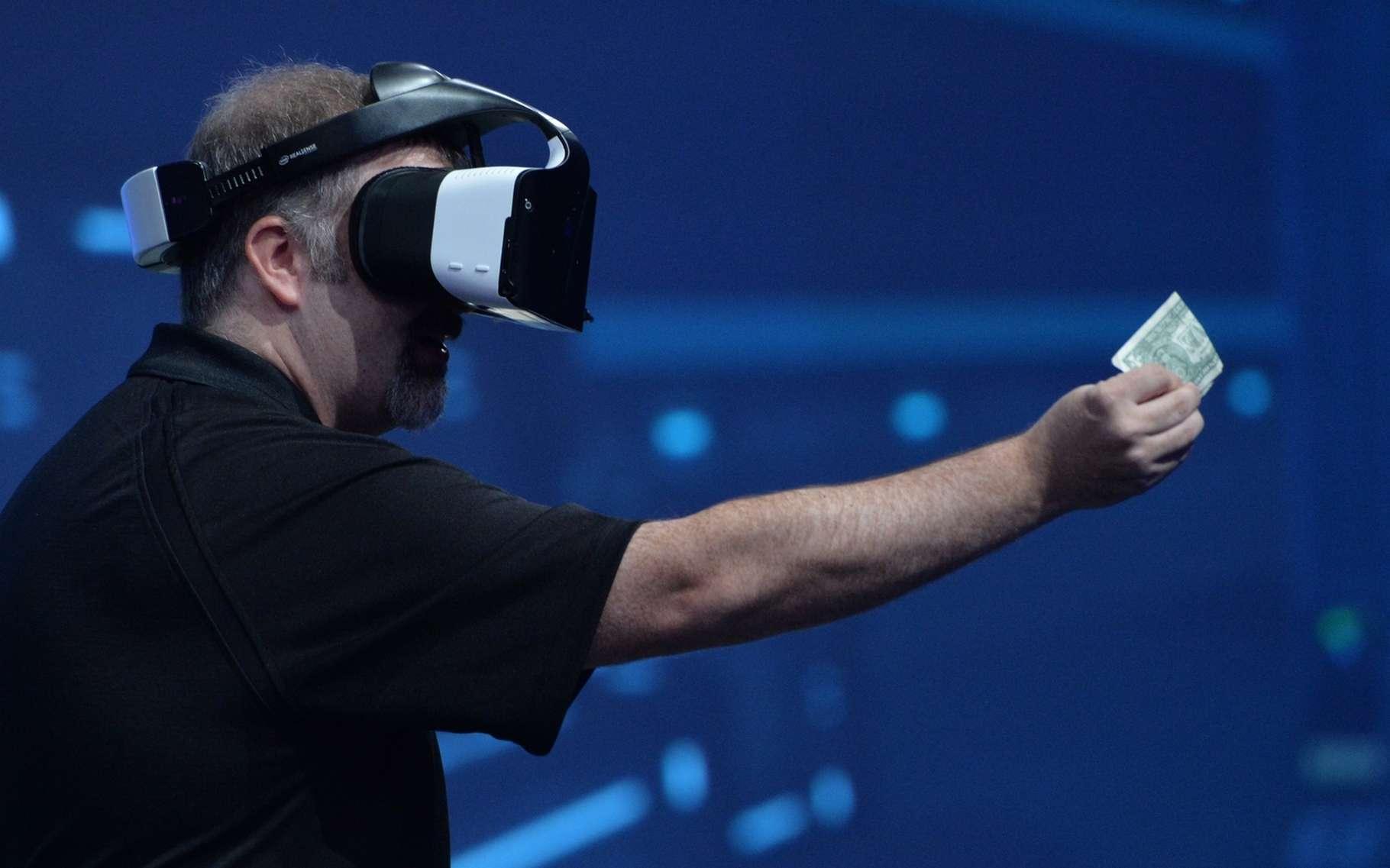 Grâce à ses capteurs de détection des obstacles et de modélisation 3D, le casque Alloy d'Intel offre une liberté de mouvements et d'interaction inédite. © Intel