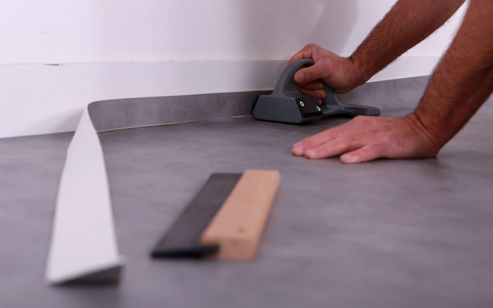 Le carrelage doit être parfaitement préparé avant d'accueillir le lino. Avant toute pose, n'oubliez pas de laisser vos rouleaux ou dalles 24 à 48 heures dans la pièce, à une température supérieure à 15 °C. En effet, le linoleum est un matériau qui travaille. © auremar, Fotolia