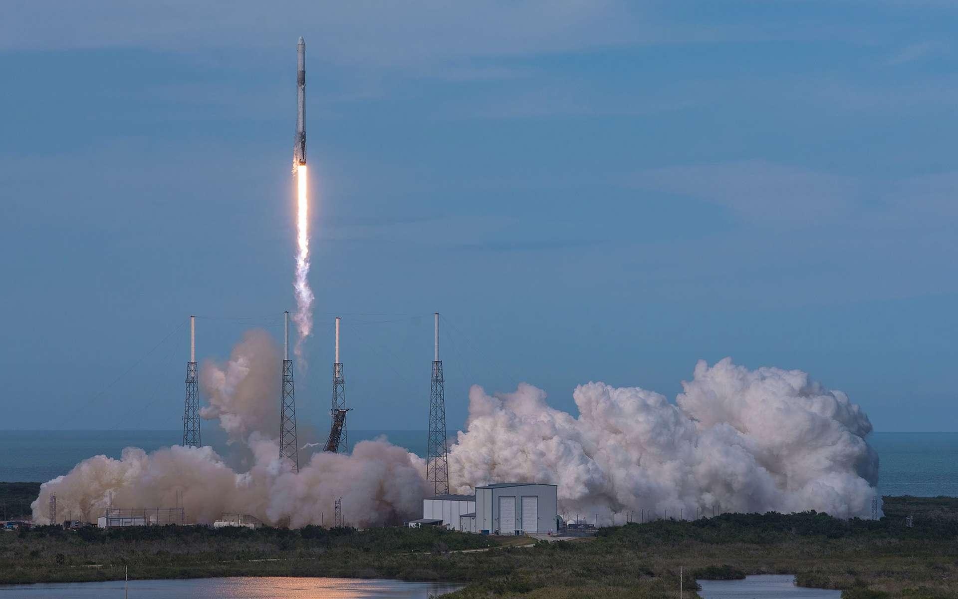 Une capsule Dragon lancée à destination de la Station spatiale par un Falcon 9. © SpaceX