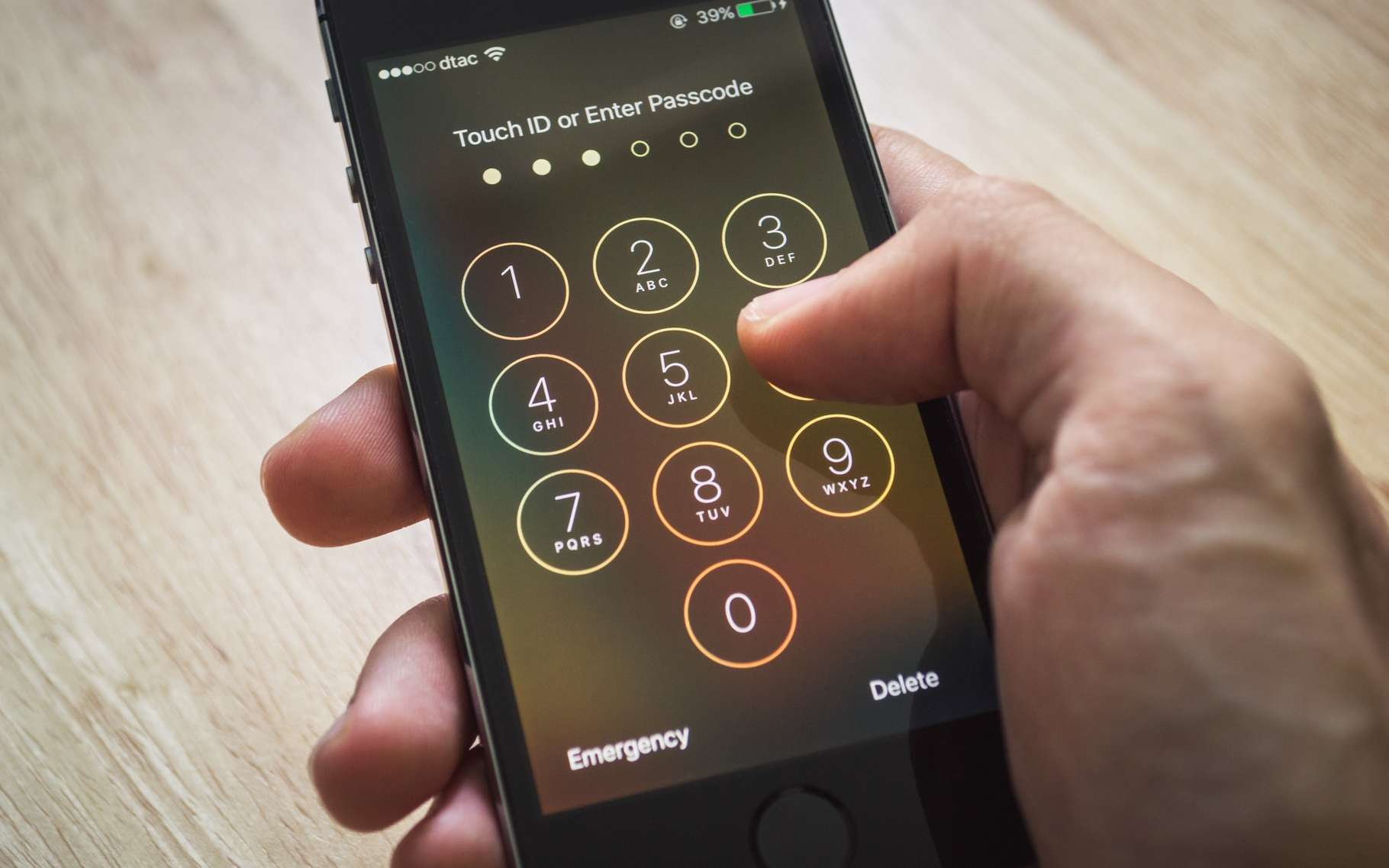 Alors qu'Apple refusait d'aider le FBI à contourner la sécurité de l'iPhone 5c de l'un des tueurs de San Bernardino, l'agence fédérale a fait appel à un intervenant tiers qui lui a semble-t-il fourni le moyen d'exploiter une faille de sécurité inédite. © Wachiwit, Shutterstock