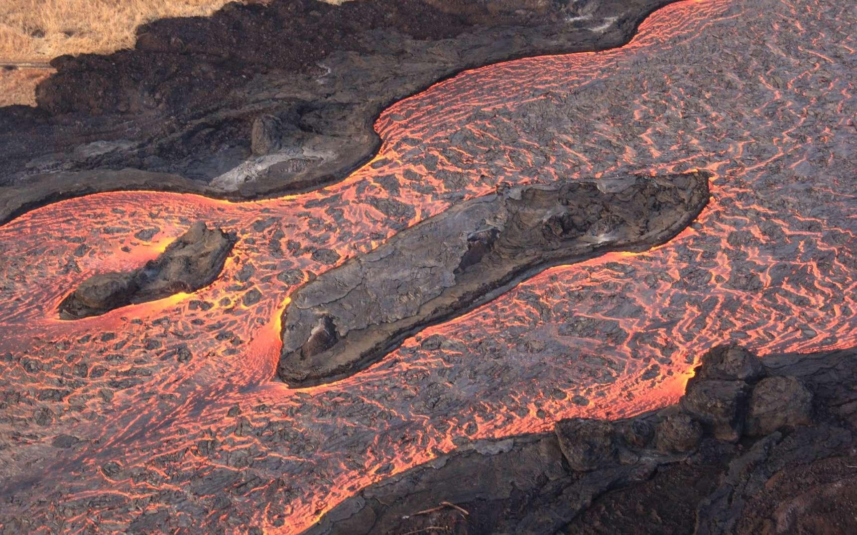Une vue aérienne de la coulée de lave issue de la fracture huit sur le Kilauea. © USGS Hawaiian Volcano Observatory (HVO)