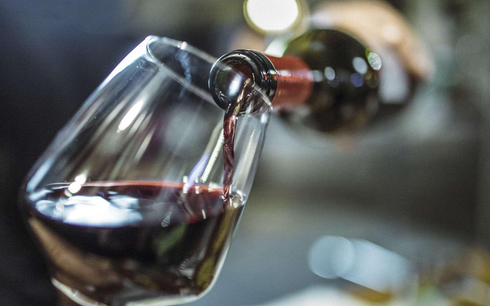 20 g d'alcool par jour ou moins pourrait faire baisser le taux d'insuline et de triglycérides. © Instants, Istock.com