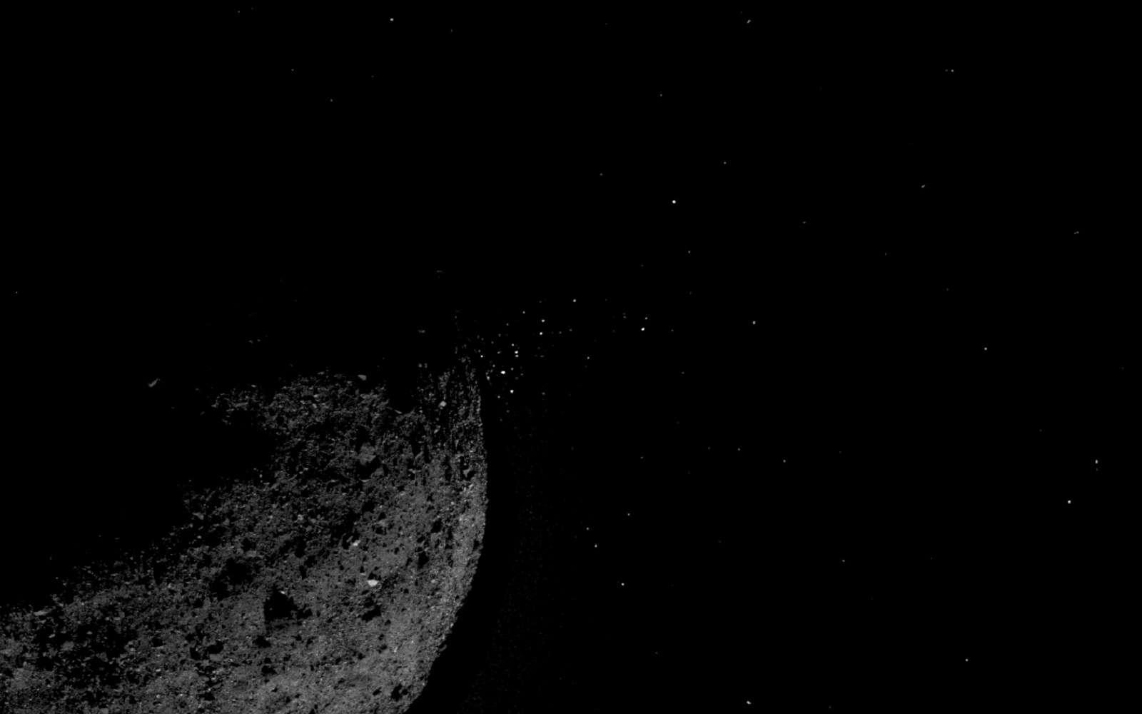 De la poussière éjectée de la surface de Bennu vue le 19 janvier 2019 par Osiris-Rex, alors à 1,61 km d'altitude. © Nasa, Goddard, University of Arizona, Lockheed Martin