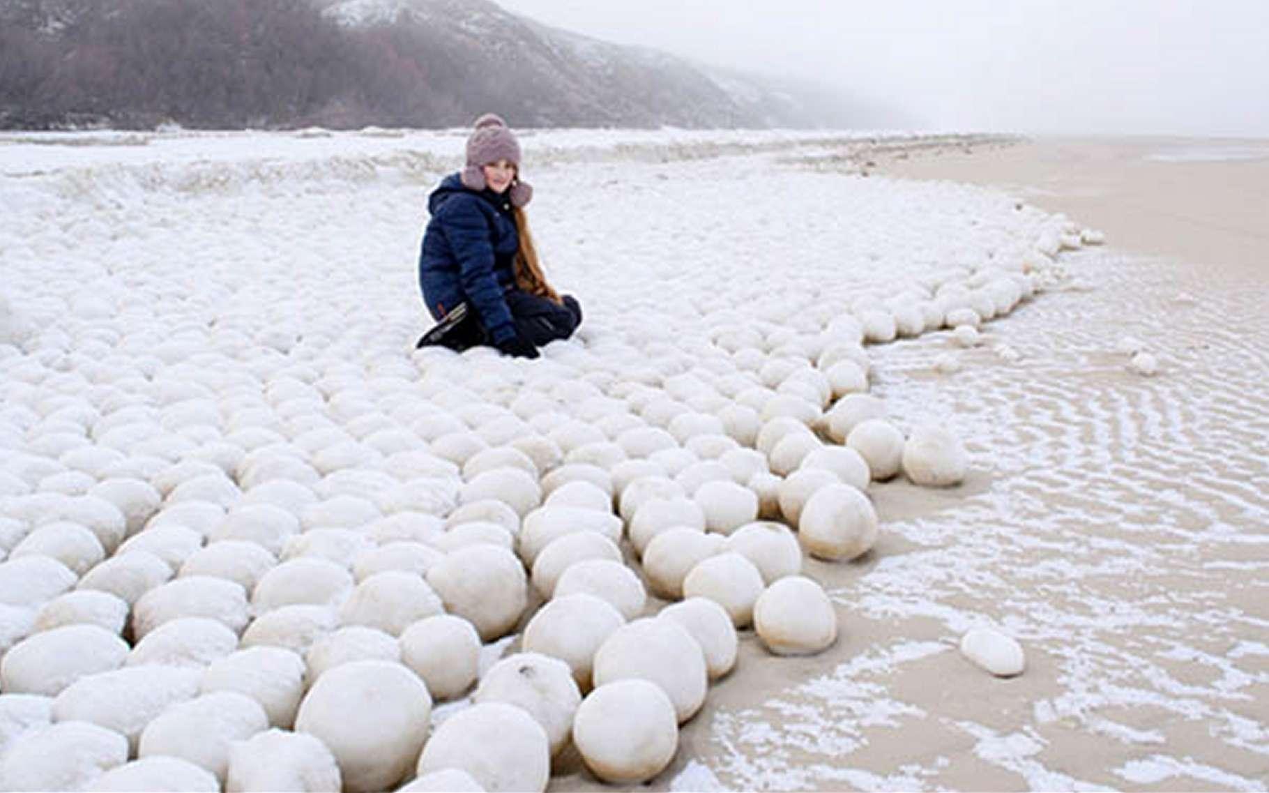 Comment se sont formées ces énormes boules glacées ? Par l'action du vent, probablement, qui a fait rouler sur la plage des paquets de neige sale et fondante. © Ekaterina Chernykh