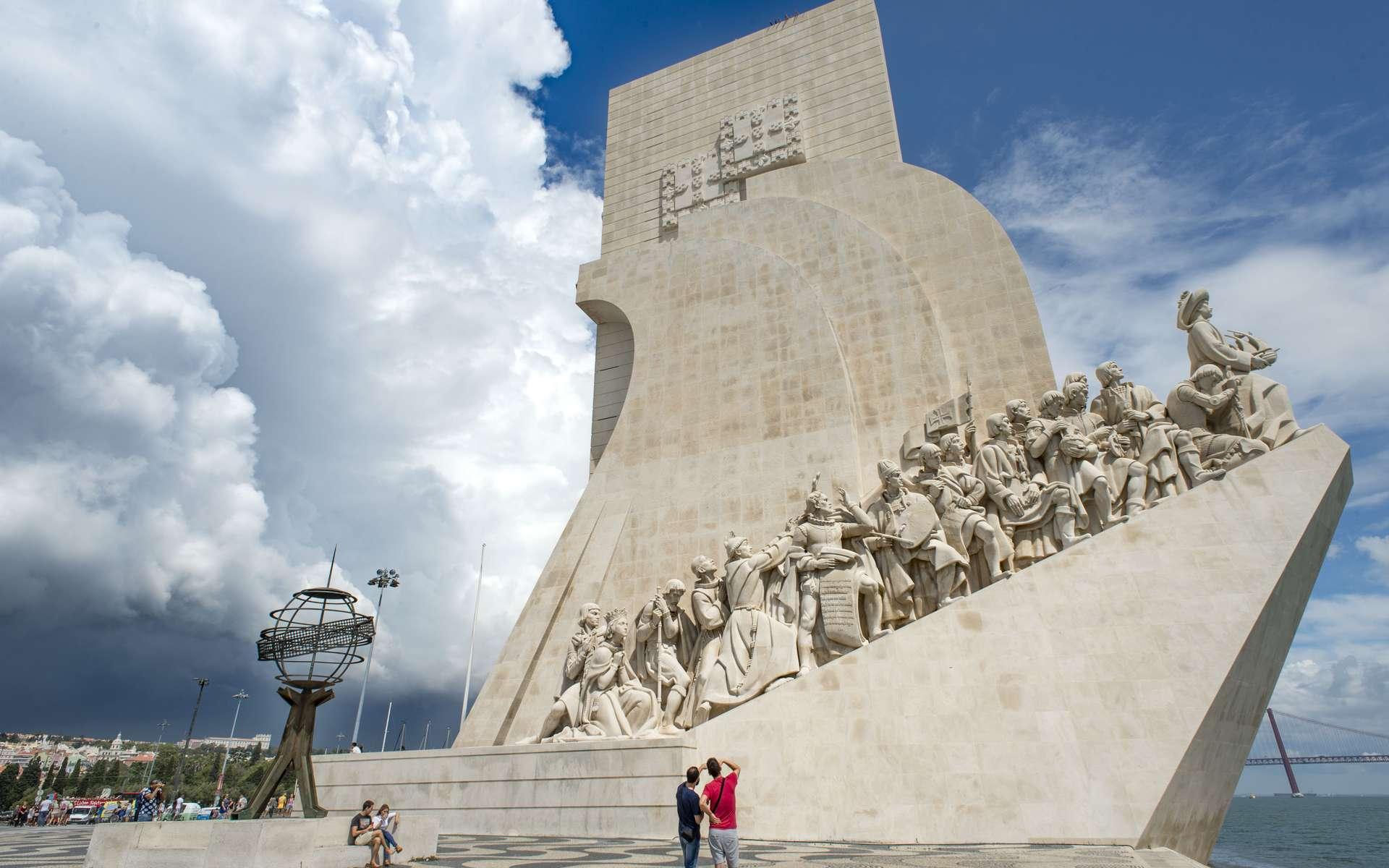 Le « Monument aux Découvertes », le Padrão dos Descobrimentos, dans le quartier de Bélem, à Lisbonne, érigé en hommage aux navigateurs portugais des XVe et XVIe siècles et du prince Henri le Navigateur. C'est précisément de cet endroit qu'est parti Vasco de Gama. Sur le parvis, une rose des vents et une planisphère au sol. © Ghislaine Laussel/Futura
