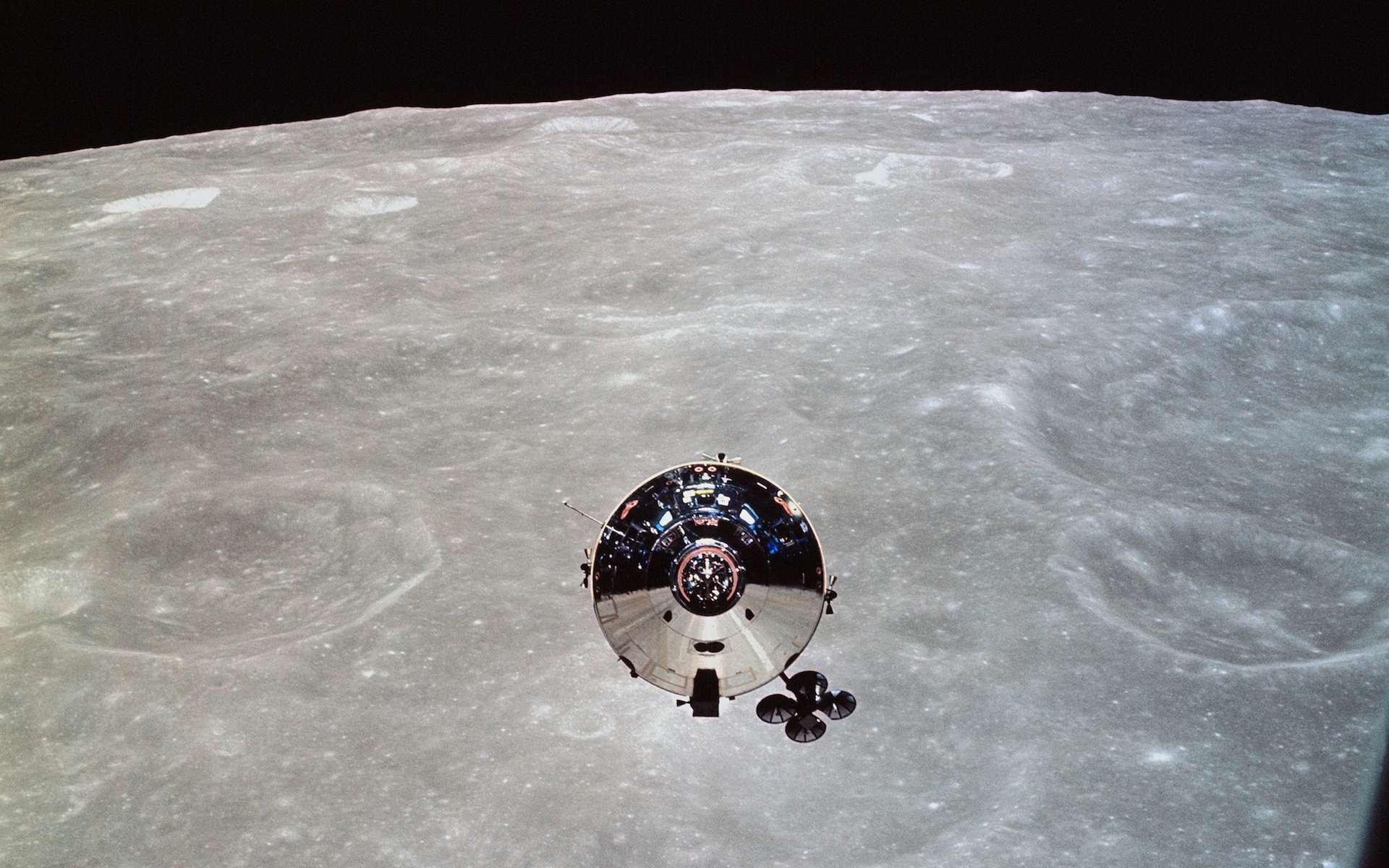 Le module de commande « Charlie Brown » de la mission Apollo 10 photographié depuis le module lunaire « Snoopy » après leur séparation, le 22 mai 1969. © Nasa