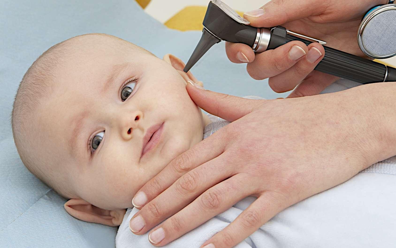 En cas d'otite, virale ou non, le médecin examine l'oreille avec un otoscope. © JPC-PROD, Fotolia