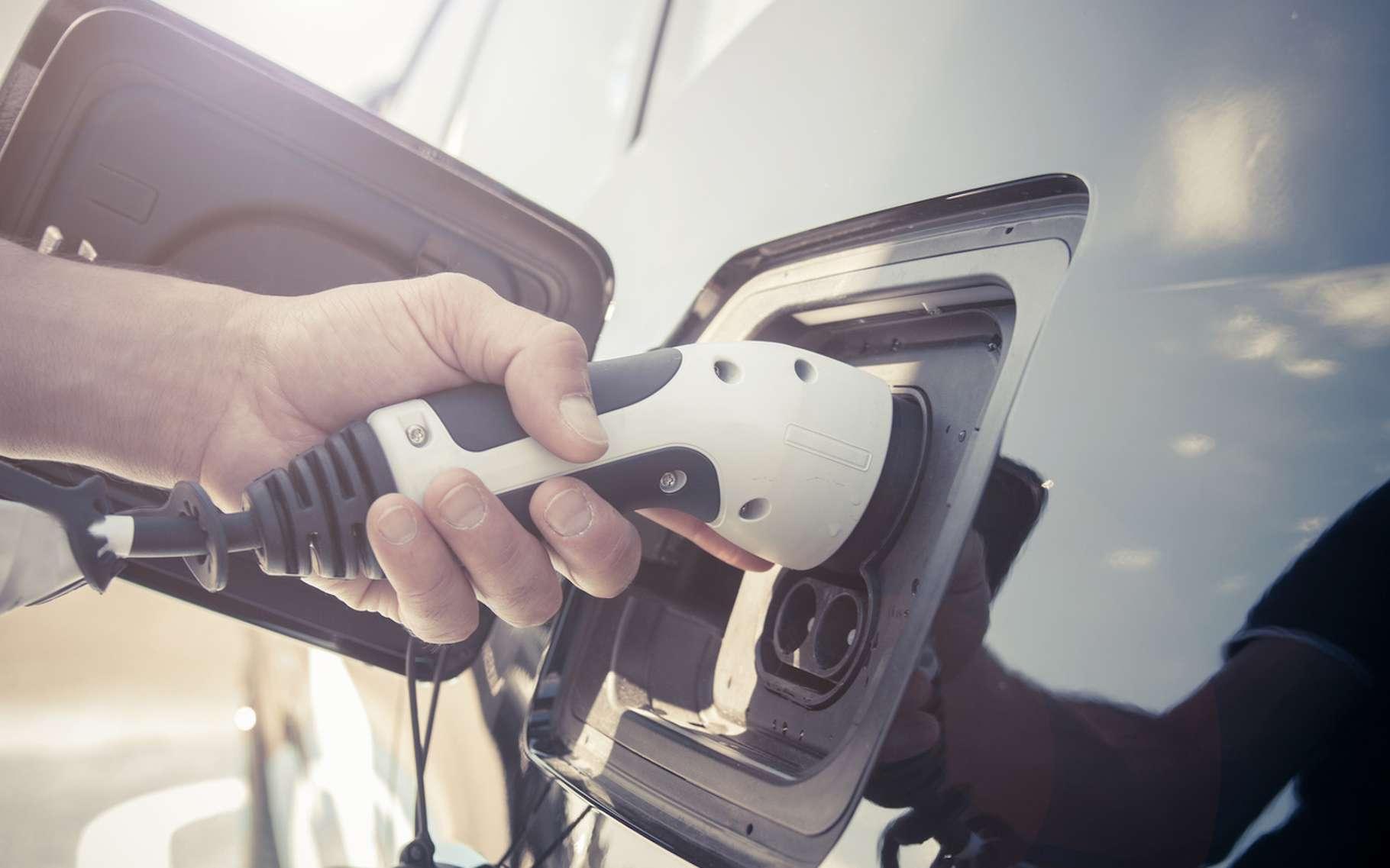 Le terme « voiture hybride » fait référence à différentes catégories de véhicules qui font appel de manière plus ou moins importante à l'énergie électrique. © bizoo_n, Fotolia
