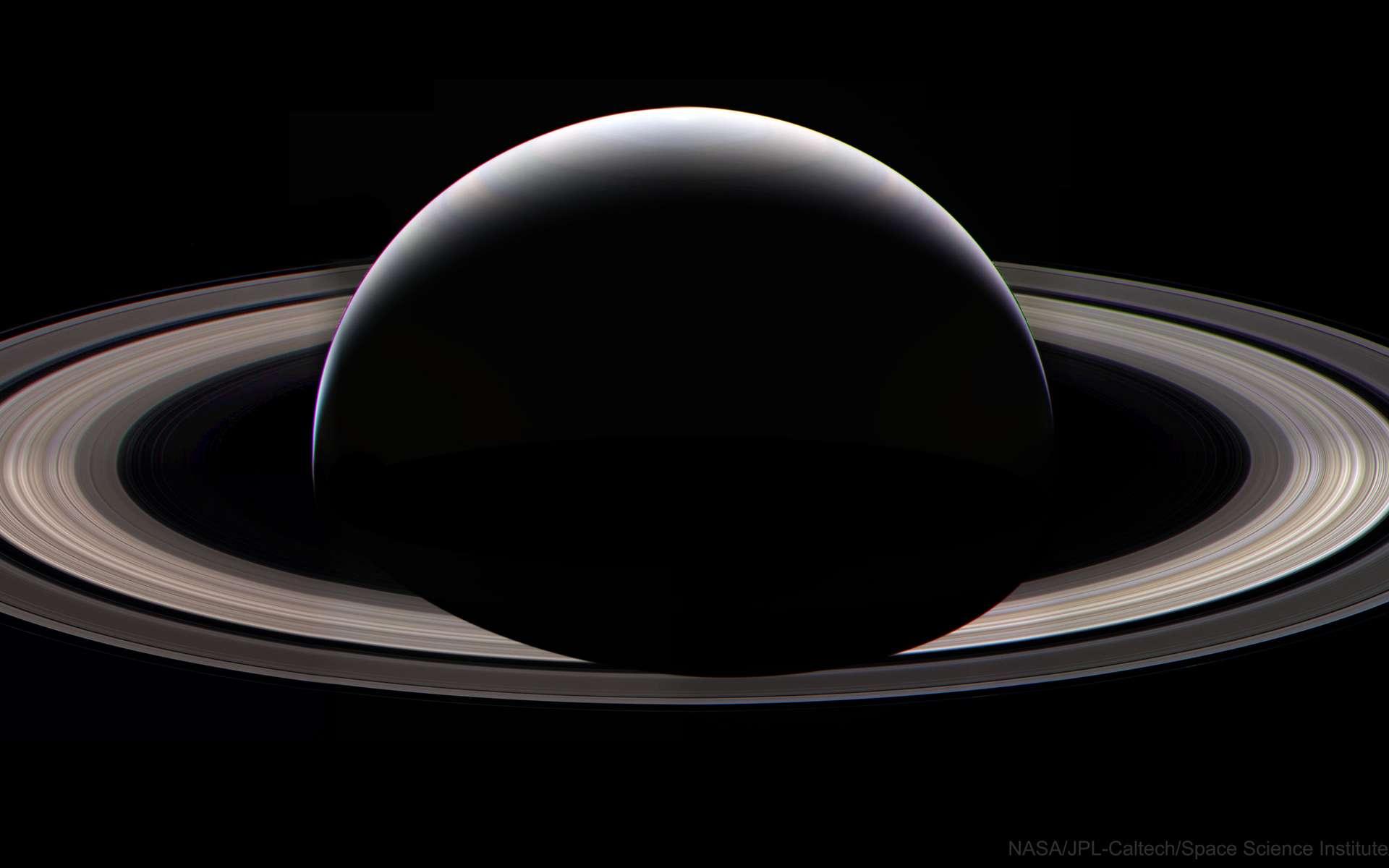 Saturne photographiée le 13 septembre 2017 par Cassini, peu avant son grand plongeon final dans la planète géante. Image composite retravaillée par Mindaugas Macijauskas et publiée sur l'Apod le 11 septembre 2021. © Nasa, JPL-Caltech, Space Science Institute, Mindaugas Macijauskas