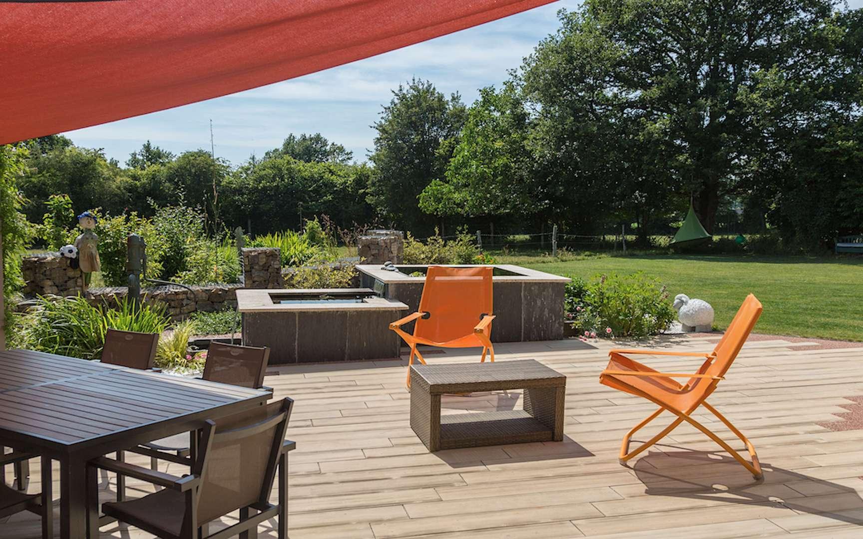 Posséder un jardin, un privilège ! Libre à chacun d'aménager cet espace extérieur en fonction de ses goûts avec du mobilier outdoor en bois, en résine tressée, en métal... © Daniel Moquet