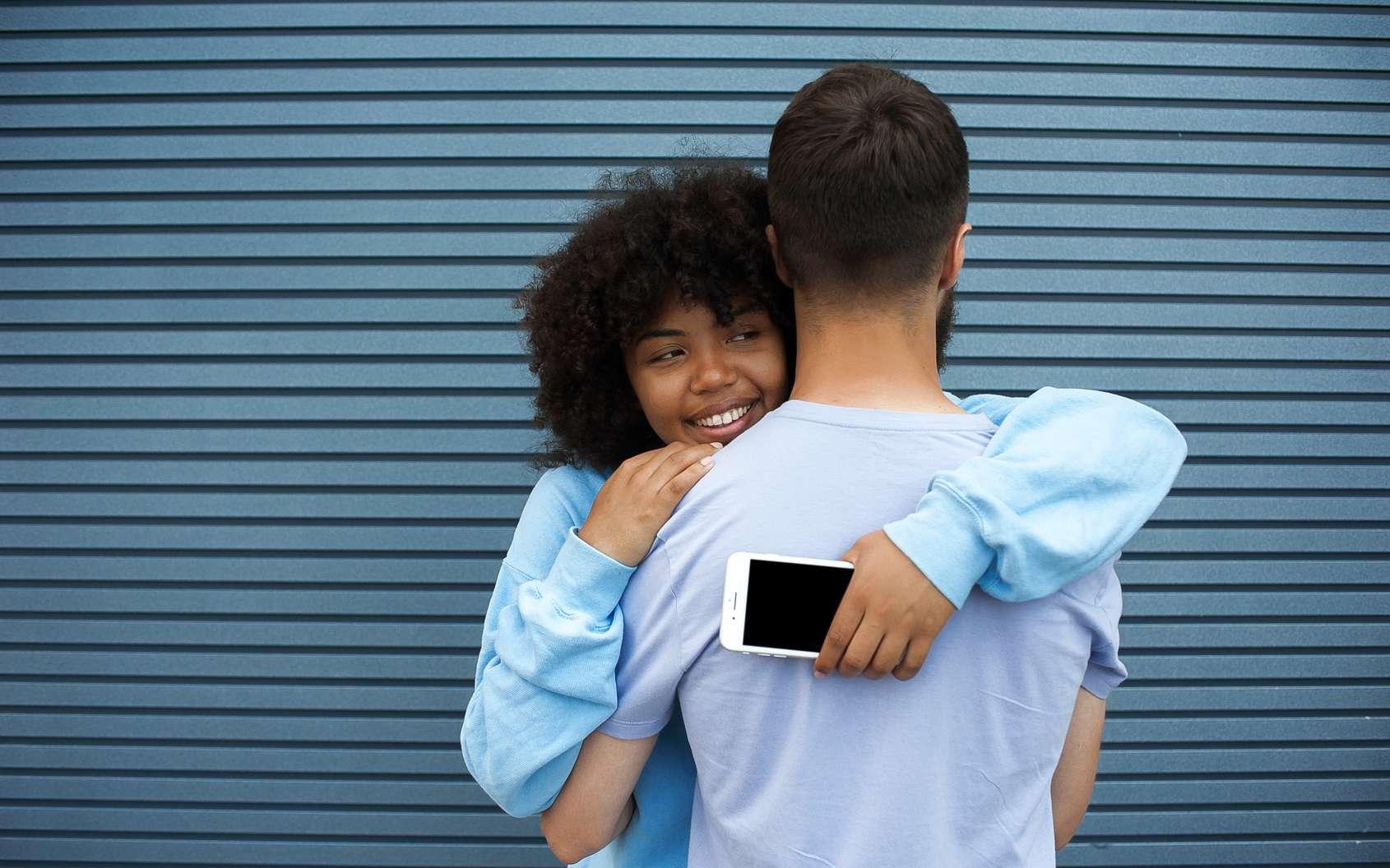 On dit souvent que l'amour ne dure que 3 ans. Cette assertion pourrait trouver une justification scientifique. Ce délai correspond plus ou moins au temps pendant lequel l'organisme sécrète de l'ocytocine lorsqu'on regarde l'autre. Sans tendresse, peu à peu, les productions diminuent. Mais pour les couples qui entretiennent la flamme, le taux grimpe de nouveau et l'amour peut durer. © vergor, fotolia