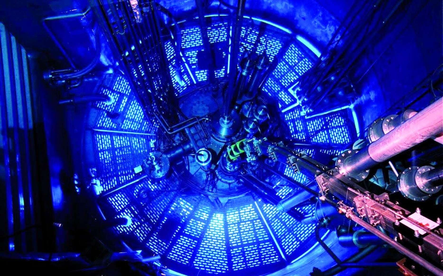La lumière bleue que l'on voit sur cette image provient du rayonnement Cherenkov produit dans l'eau par la radioactivité du réacteur de l'Institut Laue-Langevin à Grenoble. Ce réacteur produit aussi des neutrons utilisés pour toutes sortes d'expériences. © Institut Laue-Langevin