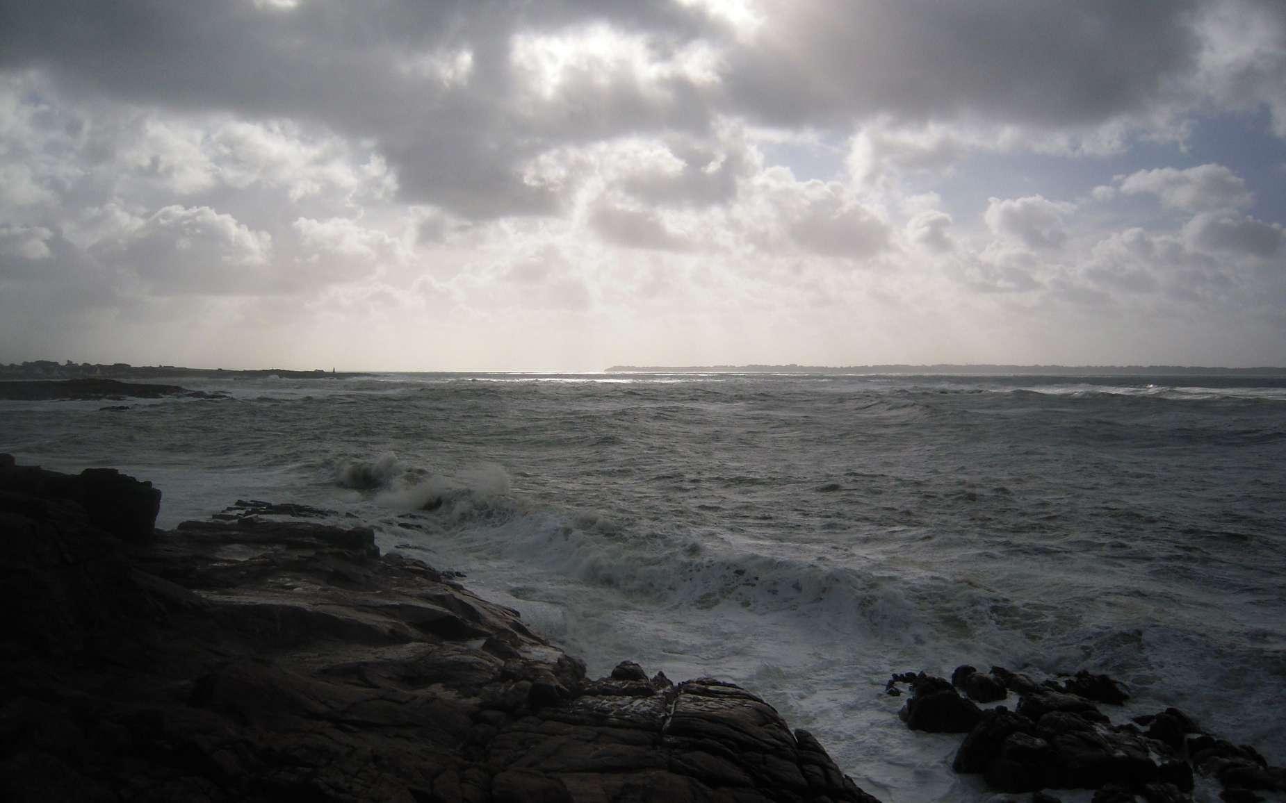 Fabriqué par des bactéries marines parmi d'autres composés biologiques, le diméthylsulfure est ensuite libéré dans l'atmosphère via les embruns marins. Ces émissions océaniques jouent un rôle important dans le cycle du soufre, élément essentiel à la vie. © Jacques Le Letty, Wikimedia Commons, CC by-sa 3.0