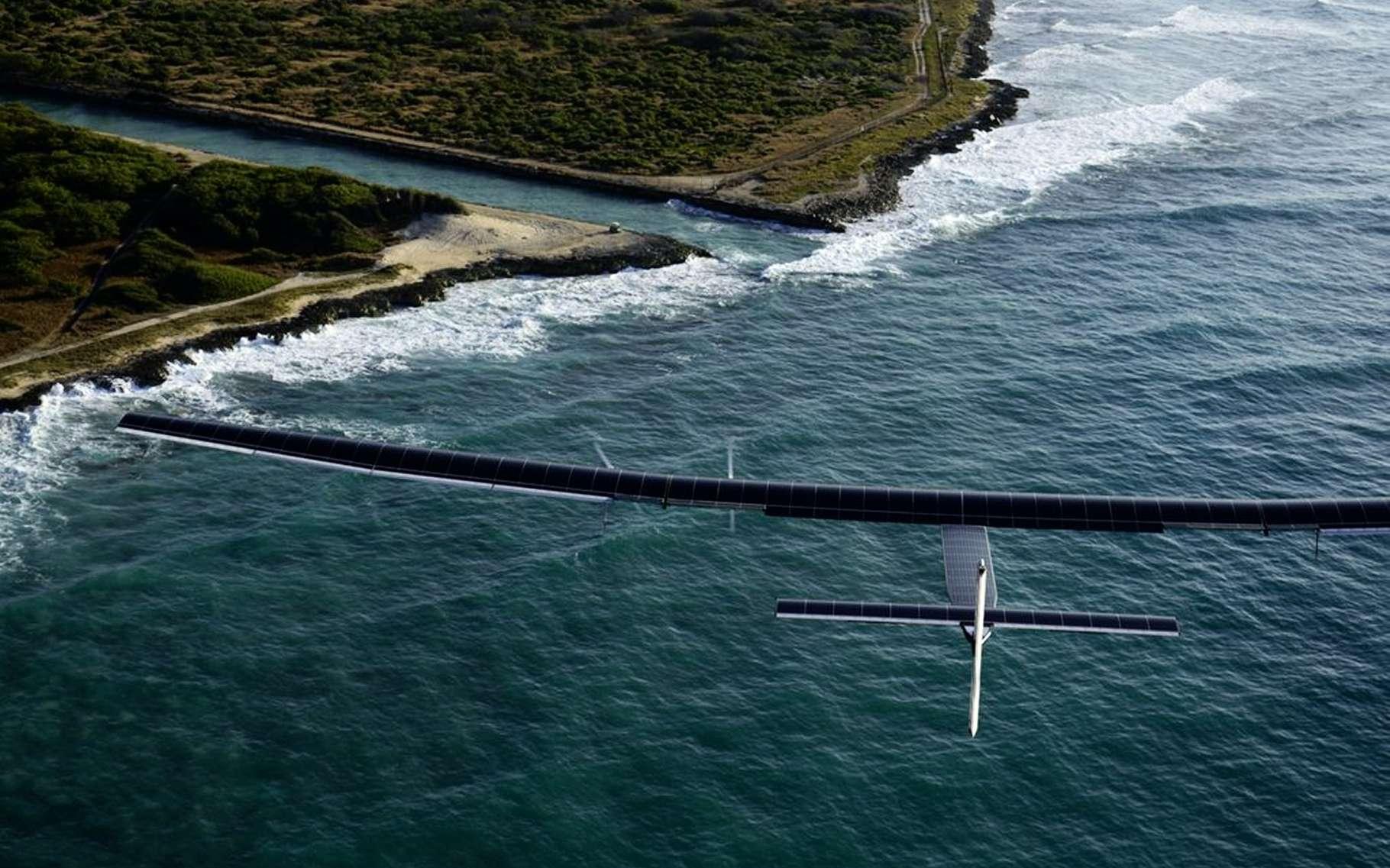 Le SI2, immatriculé HB-SIB, s'apprêtant à se poser sur la piste de l'aéroport d'Hawaï le vendredi 26 février 2016, à l'issue du vol d'essai qui valide la reprise du tour du monde de cet avion solaire. © Solar Impulse