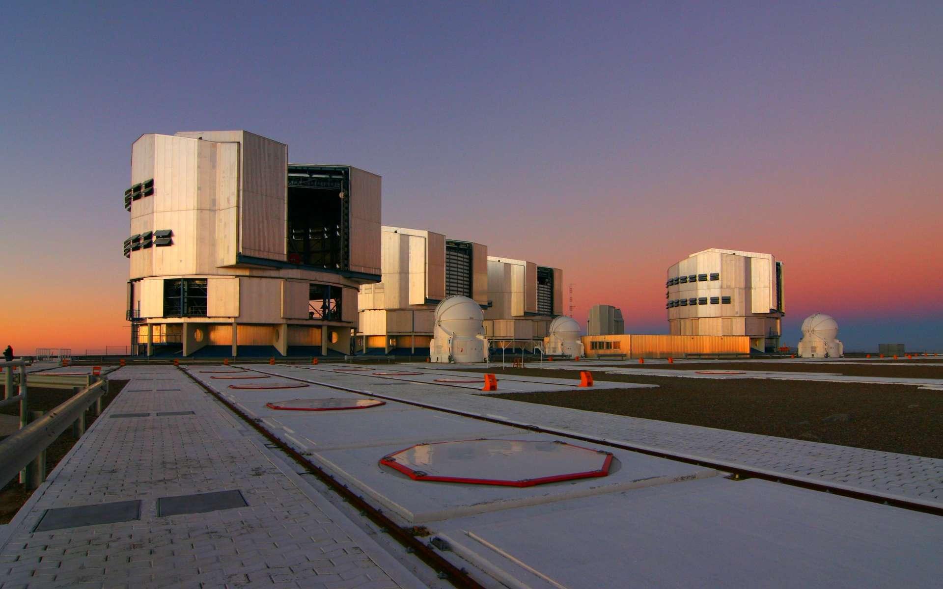 Une vue du VLT au sommet du Cerra Paranal à 2.635 m d'altitude. Le VLTI est quant à lui désormais un télescope virtuel de 120 mètres. © ESO
