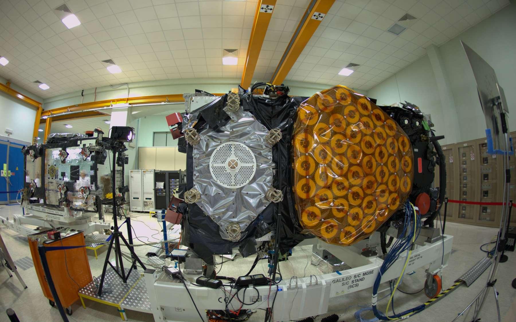 Construit sous la maîtrise d'œuvre d'Astrium, un des quatre satellites IOV, ici vu dans l'usine turinoise de Thales Alenia Space, en juin 2012. © Rémy Decourt, Futura-Sciences