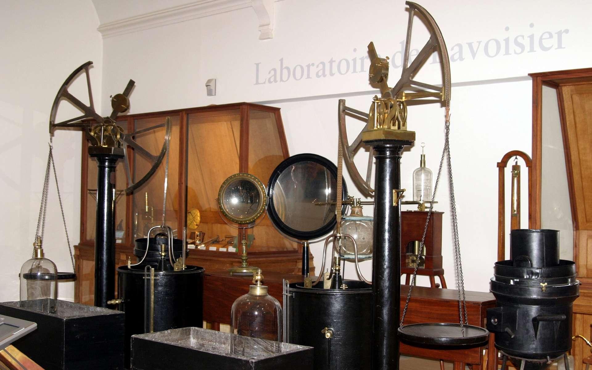 Laboratoire d'Antoine Laurent de Lavoisier reconstitué au musée des Arts et Métiers de Paris. © Wikimedia Commons, domaine public.