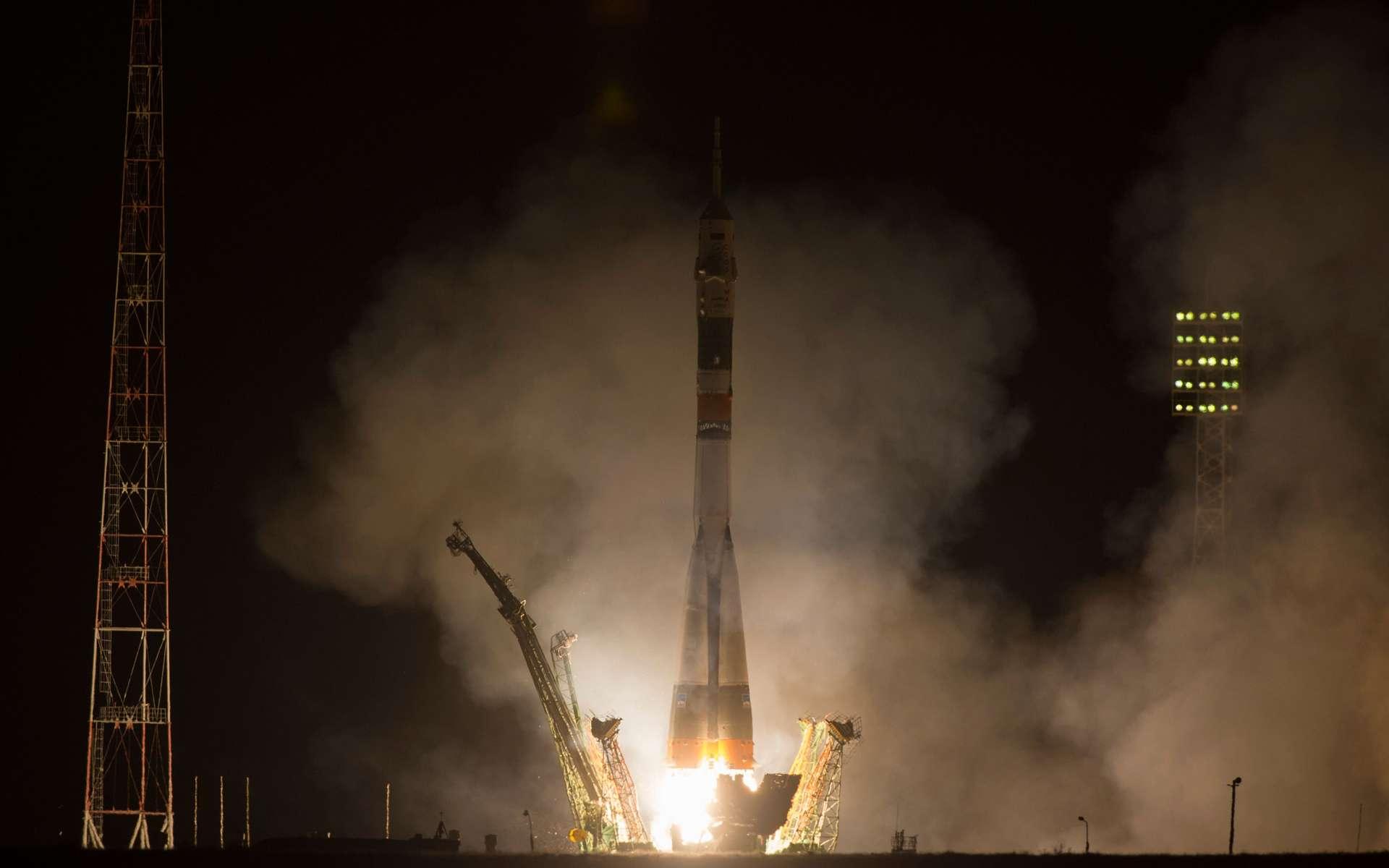 Décollage de nuit pour les trois astronautes de l'Expedition 35 à bord de la capsule Soyouz TMA-8M. Le prix du ticket pour l'ISS a sensiblement augmenté depuis la mise à la retraite de la navette spatiale américaine. © Carla Cioffi, Nasa
