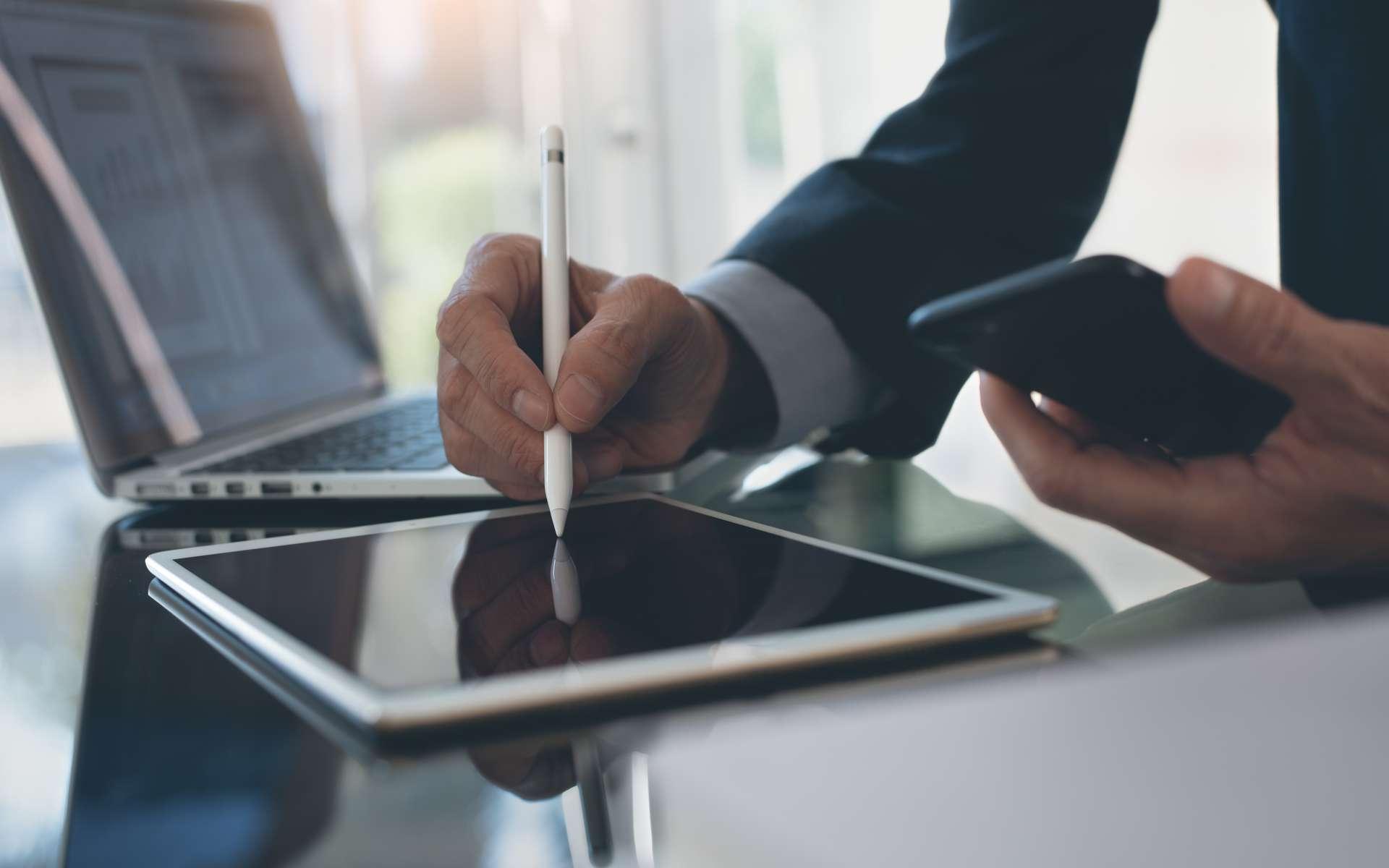 La signature électronique est possible depuis un ordinateur, une tablette ou un smartphone. © tippapatt, Adobe Stock