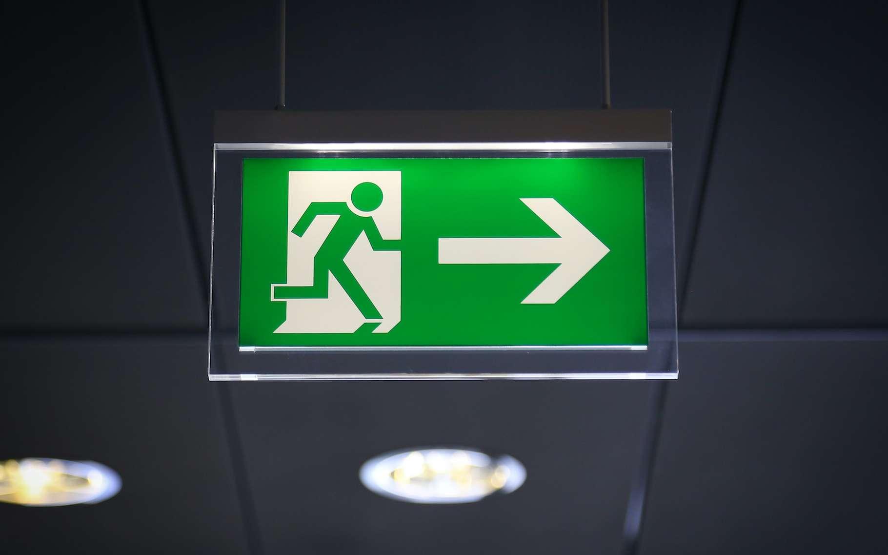 Les luminaires employés pour les éclairages de secours doivent présenter un indice IK supérieur ou égal à 03. © Marco Scisetti, Adobe Stock
