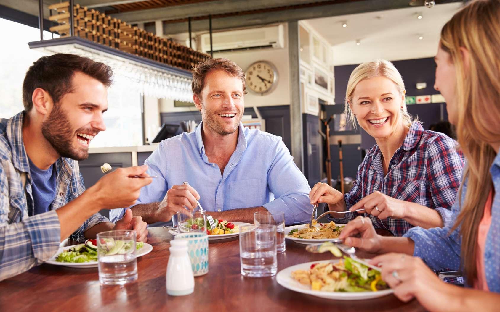 Les scientifiques ont observé le comportement de clients d'un restaurant : les hommes mangeaient beaucoup plus en présence des femmes. © Monkey Business, Fotolia