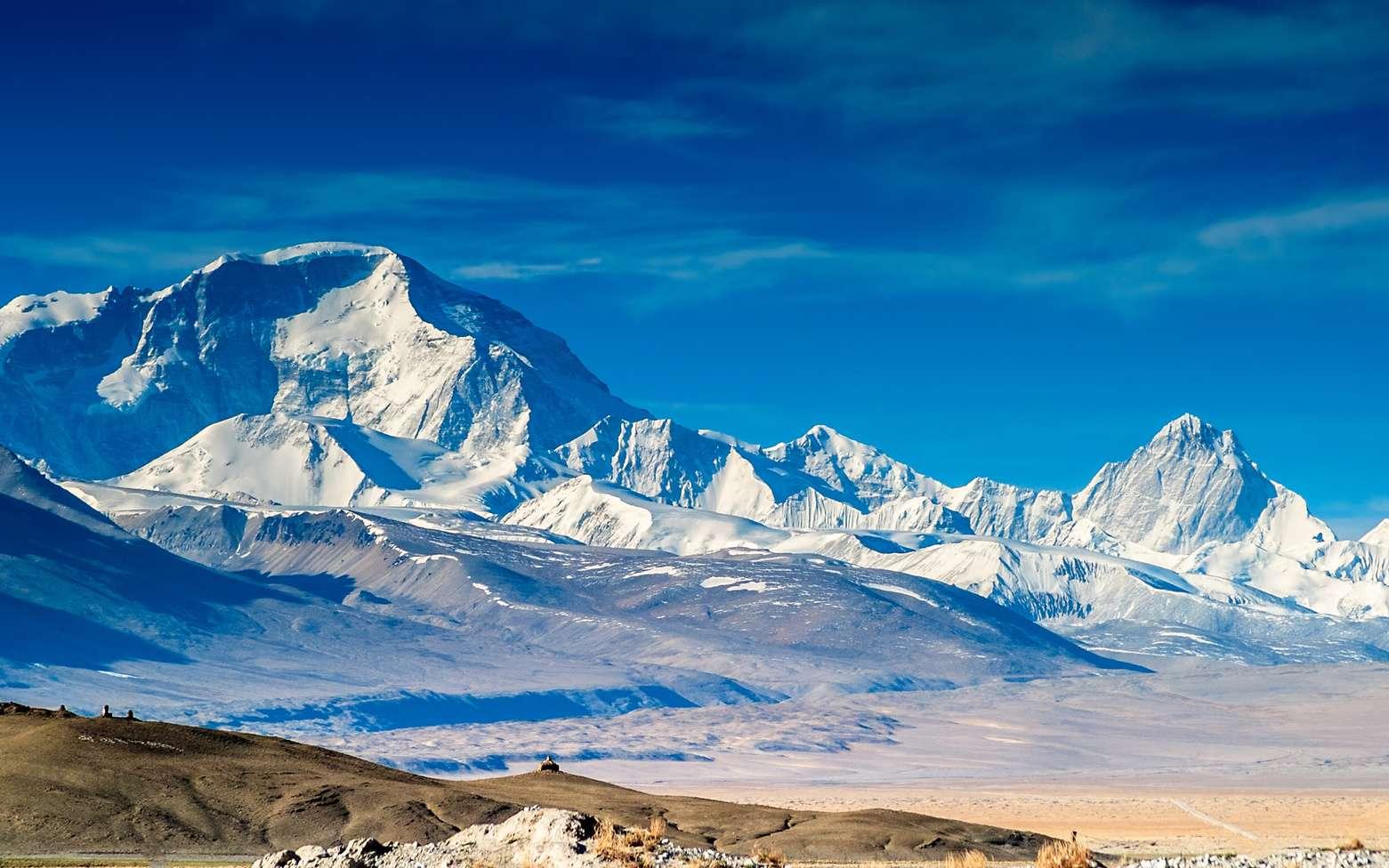 Pourquoi l'air contient-il moins d'oxygène en montagne ? Ici, le mont Everest dans l'Himalaya, vu depuis la Chine (Tibet). © Wang, Fotolia