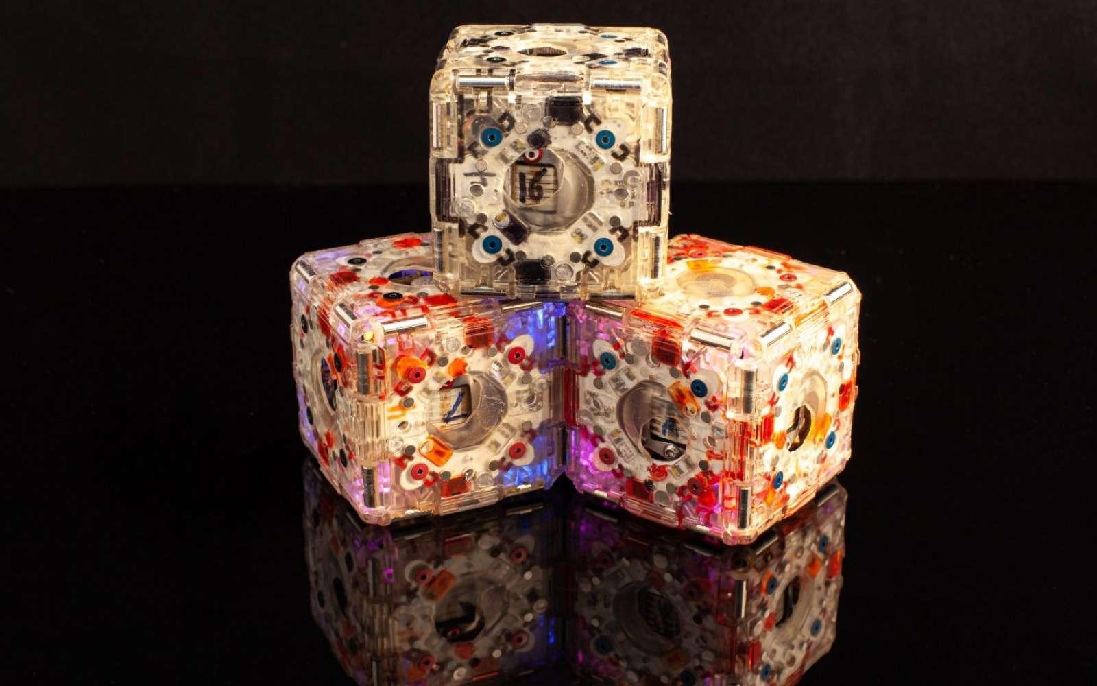 Seul, le cube ne sert à rien, mais il reconnaît les autres cubes et s'assemblent selon les besoins. © MIT
