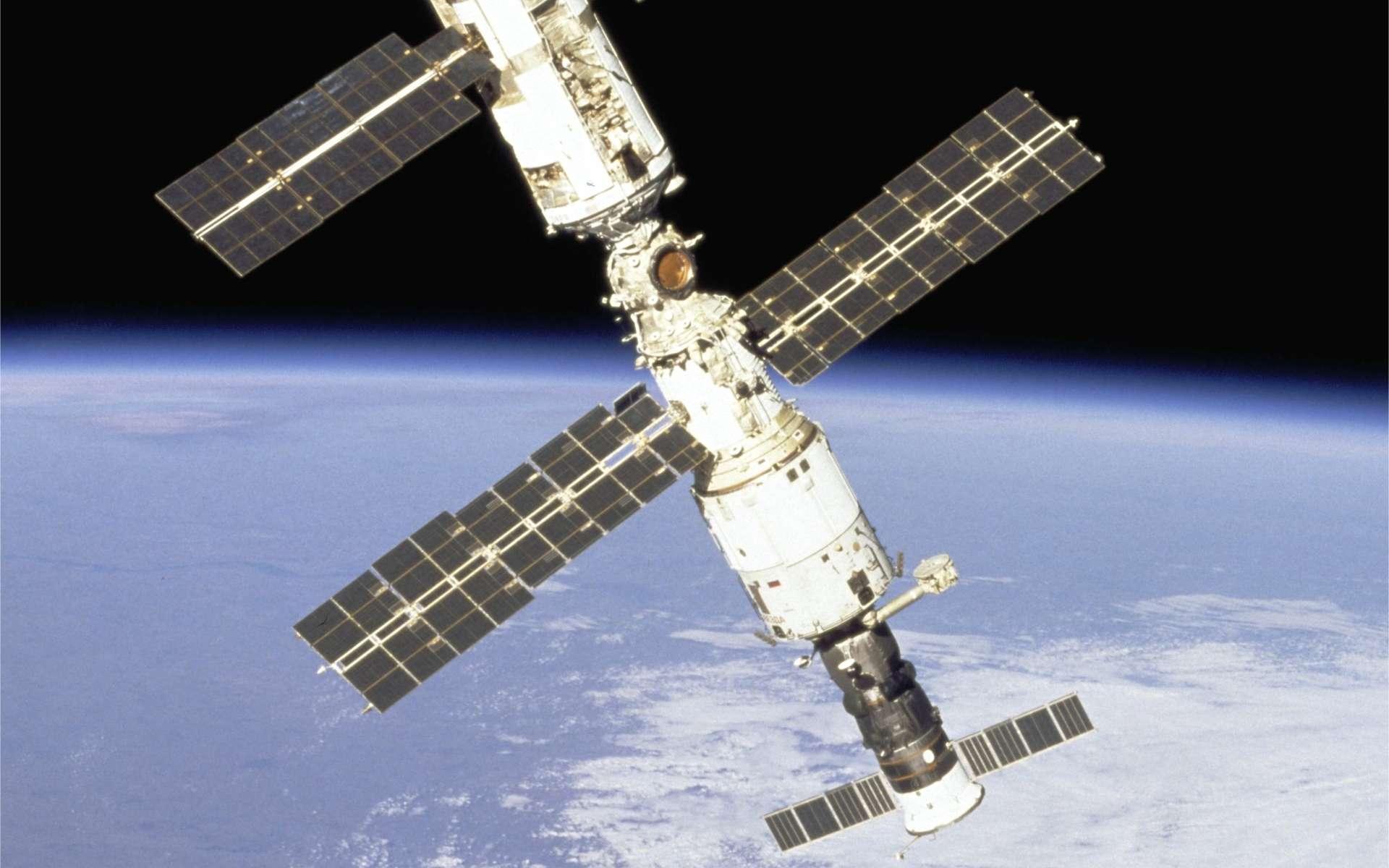 Un vaisseau Progress (en bas), arrimé au module Zvezda (avec ses panneaux solaires). La photographie date de 2000, peu après la mise en place de Zvezda, troisième module à être intégré à l'ISS. © Nasa