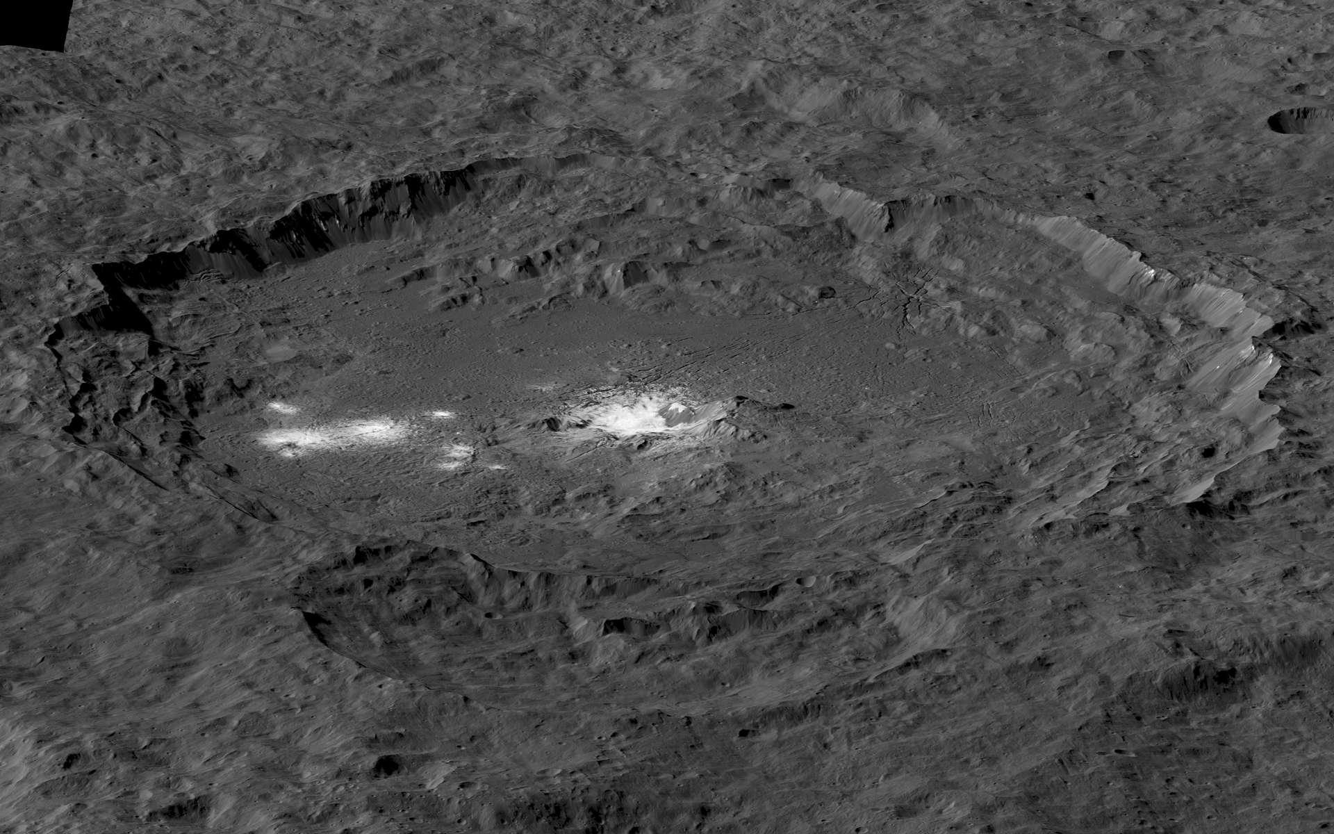 Superbe vue d'ensemble du cratère Occator. Au centre, les fameuses taches blanches. Cliquez ici pour obtenir l'image en haute résolution. © Nasa, JPL-Caltech, UCLA, MPS, DLR, IDA