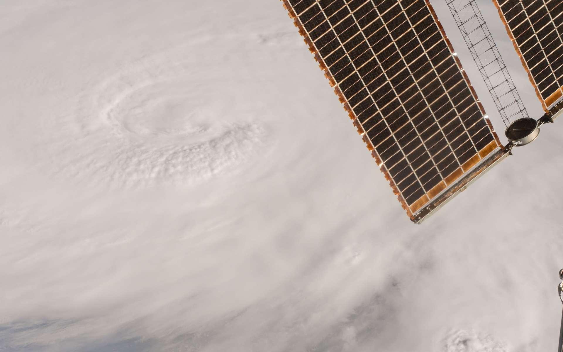 Image prise par Kate Rubins, à bord de la Station spatiale internationale, le 4 octobre alors que l'ouragan Matthew frappait Haïti. © Nasa