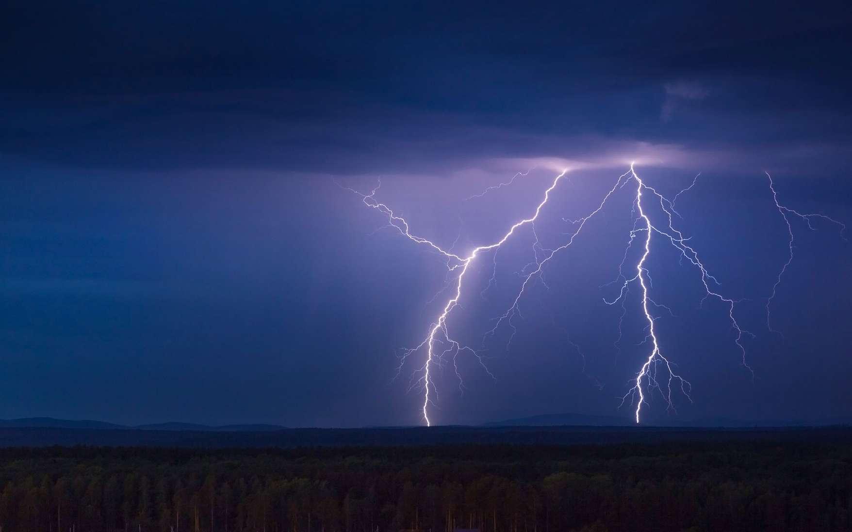 Un éclair frappe le sol la nuit © auriso, Envato elements