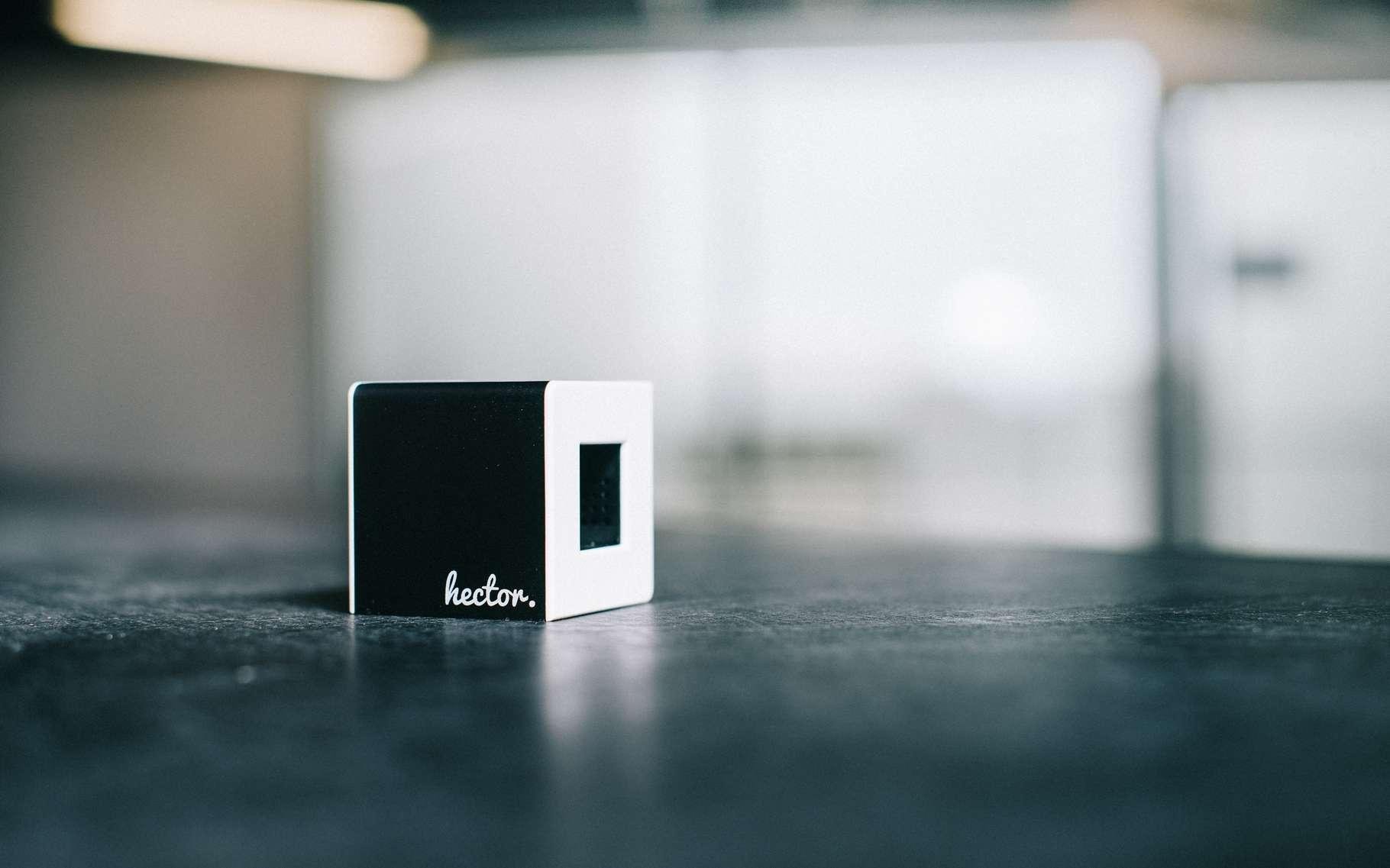 Dans ce petit cube en plastique , des capteurs mesurent la température ambiante, l'humidité et la pression atmosphérique. © Hector