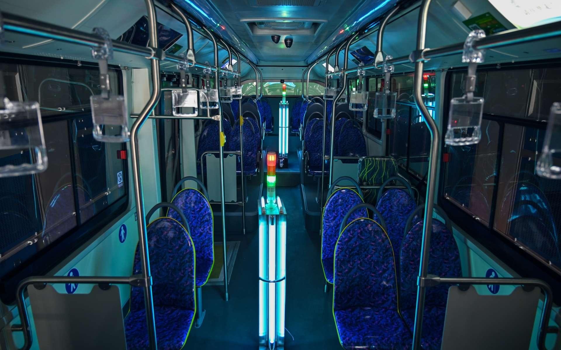 Un bus désinfecté aux ultraviolets à Shanghai. © Hector Retamal, AFP