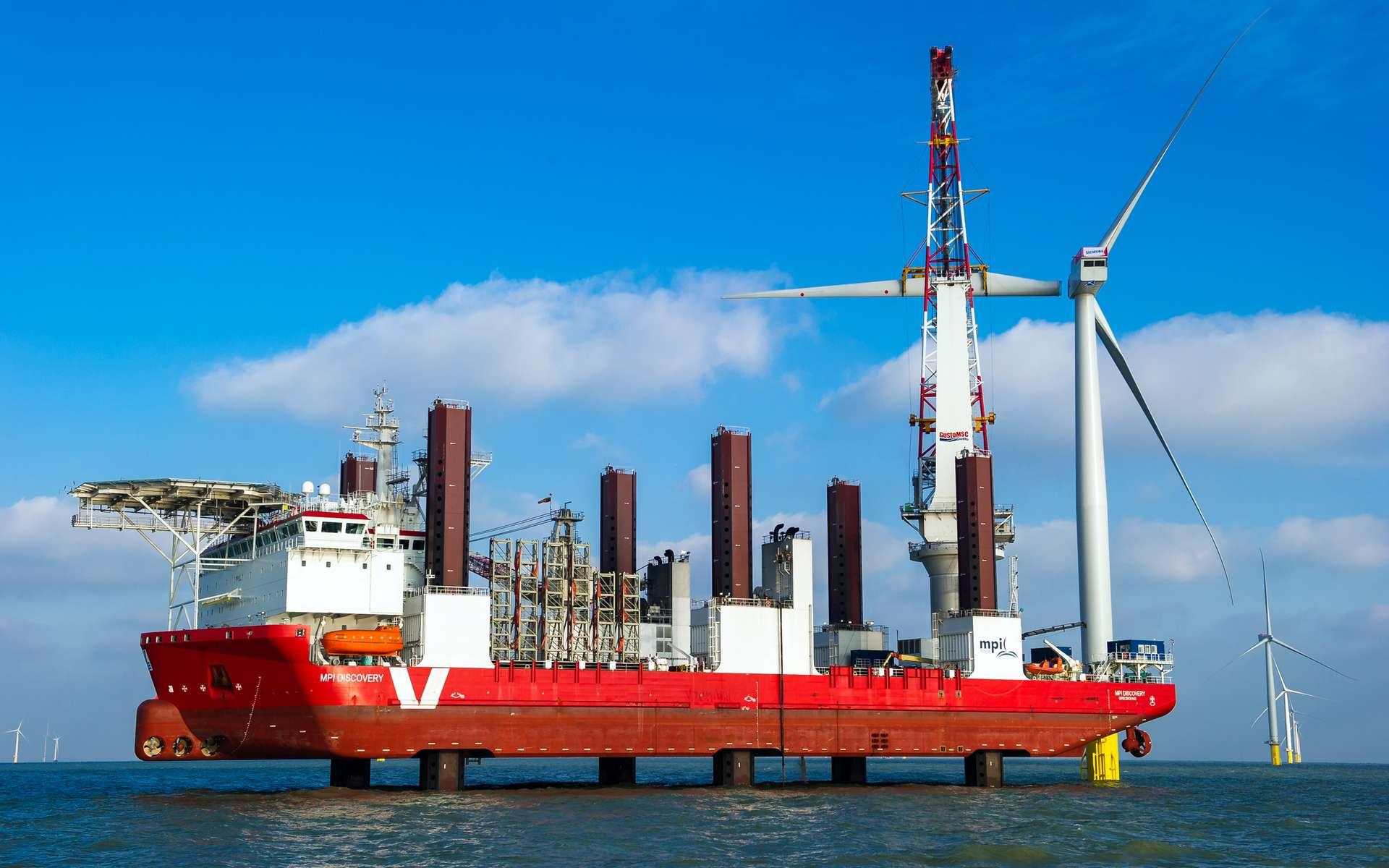 Le navire MPI Discovery a spécialement été conçu pour la construction des parcs éoliens offshore. Sur cette image, une éolienne va recevoir sa troisième et dernière pale. © London Array